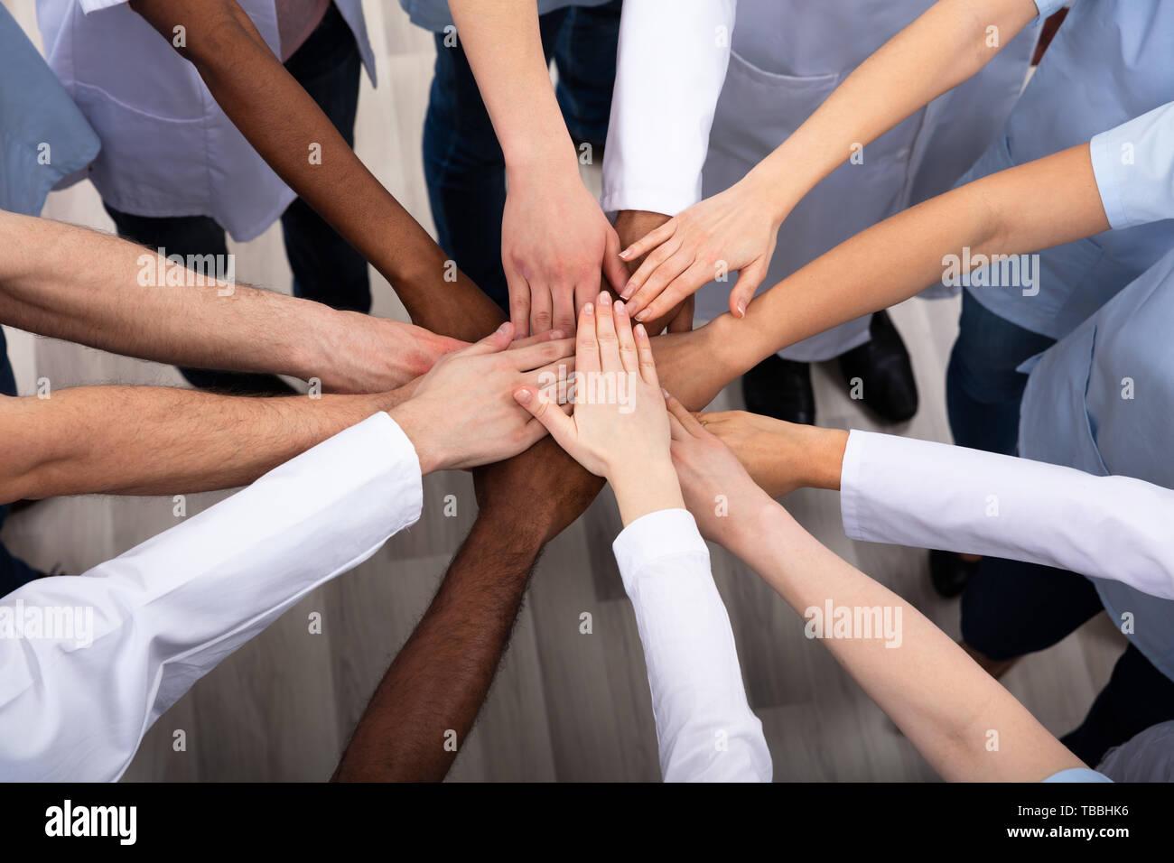 Direkt oberhalb der Schuß des medizinischen Teams Stapeln Hände zusammen am Krankenhaus Stockbild