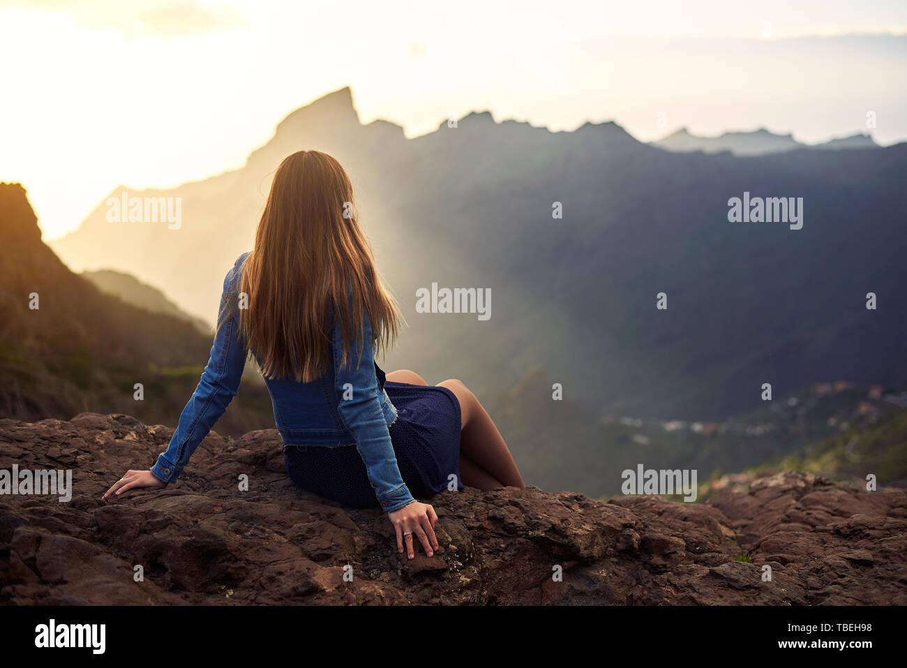 Junge Frau über die Straße nach Masca auf Teneriffa, Kanarische Inseln, Spanien Stockbild