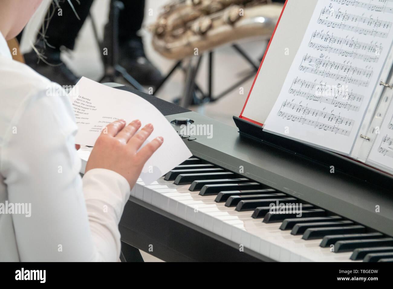 Ein junger Pianist Studien der Zeitplan vor einer Leistung Stockfoto