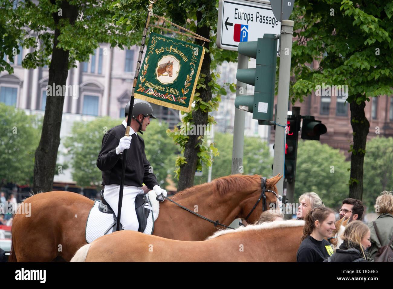 Ein uniformierter Reiter Holding eine Fahne in der Hand führt eine Parade Stockfoto