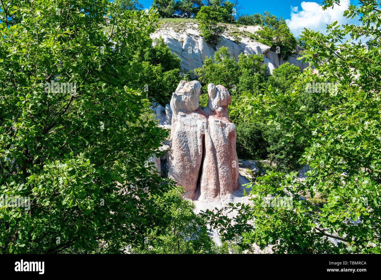 Sunlit grün Blick auf das natürliche Phänomen Kamenná Svatba oder die Steinerne Hochzeit in der Nähe des Dorfes Zimzelen, Bulgarien Stockbild
