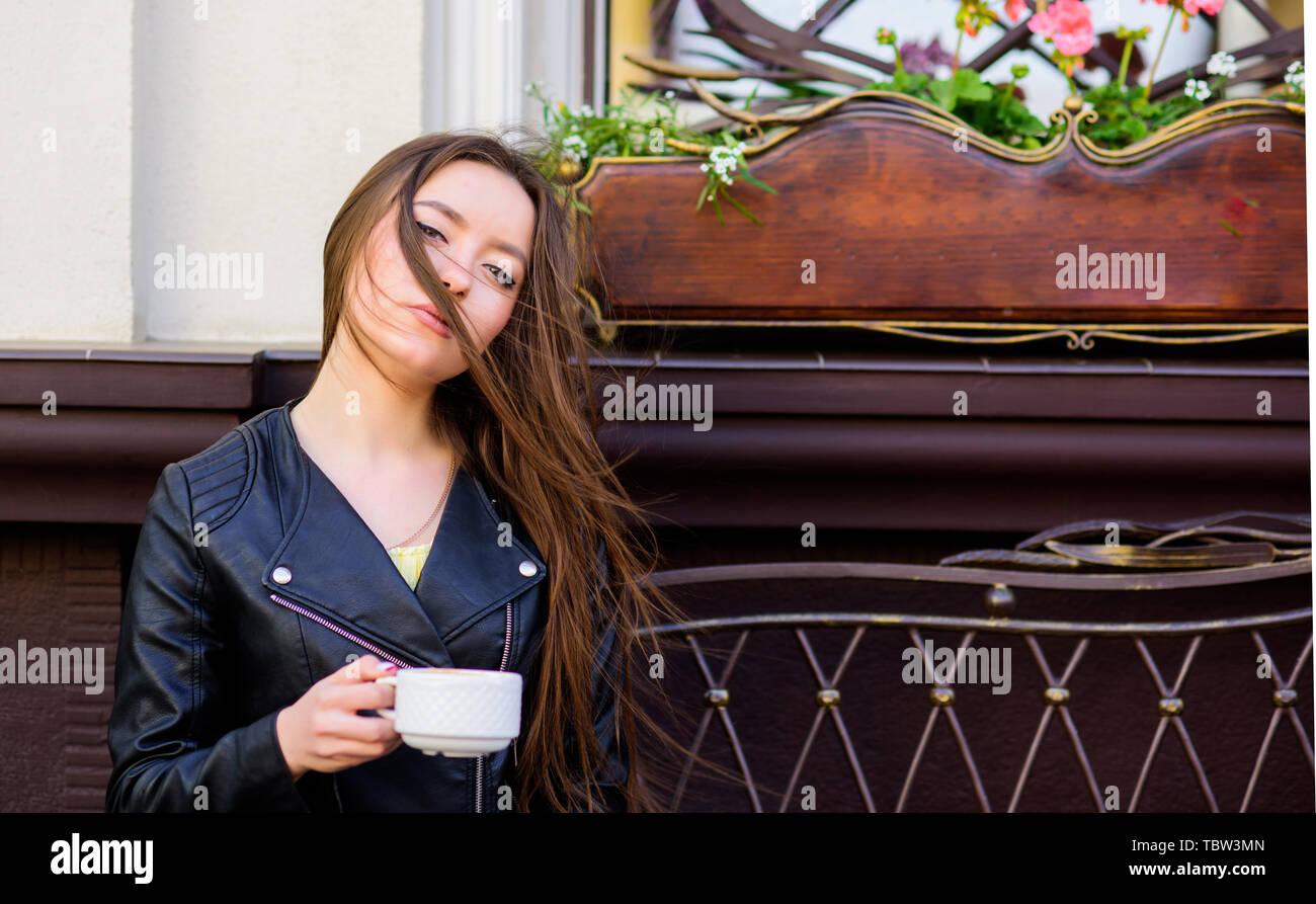 Frau trinken Kaffee im Freien. Friedliche inspirierenden Moment. Mädchen im Cafe Cappuccino Tasse entspannen. Koffein Dosis. Kaffee für energetische erfolgreichen Tag. Frühstück im Café. Mädchen genießen Sie Kaffee am Morgen. Stockbild