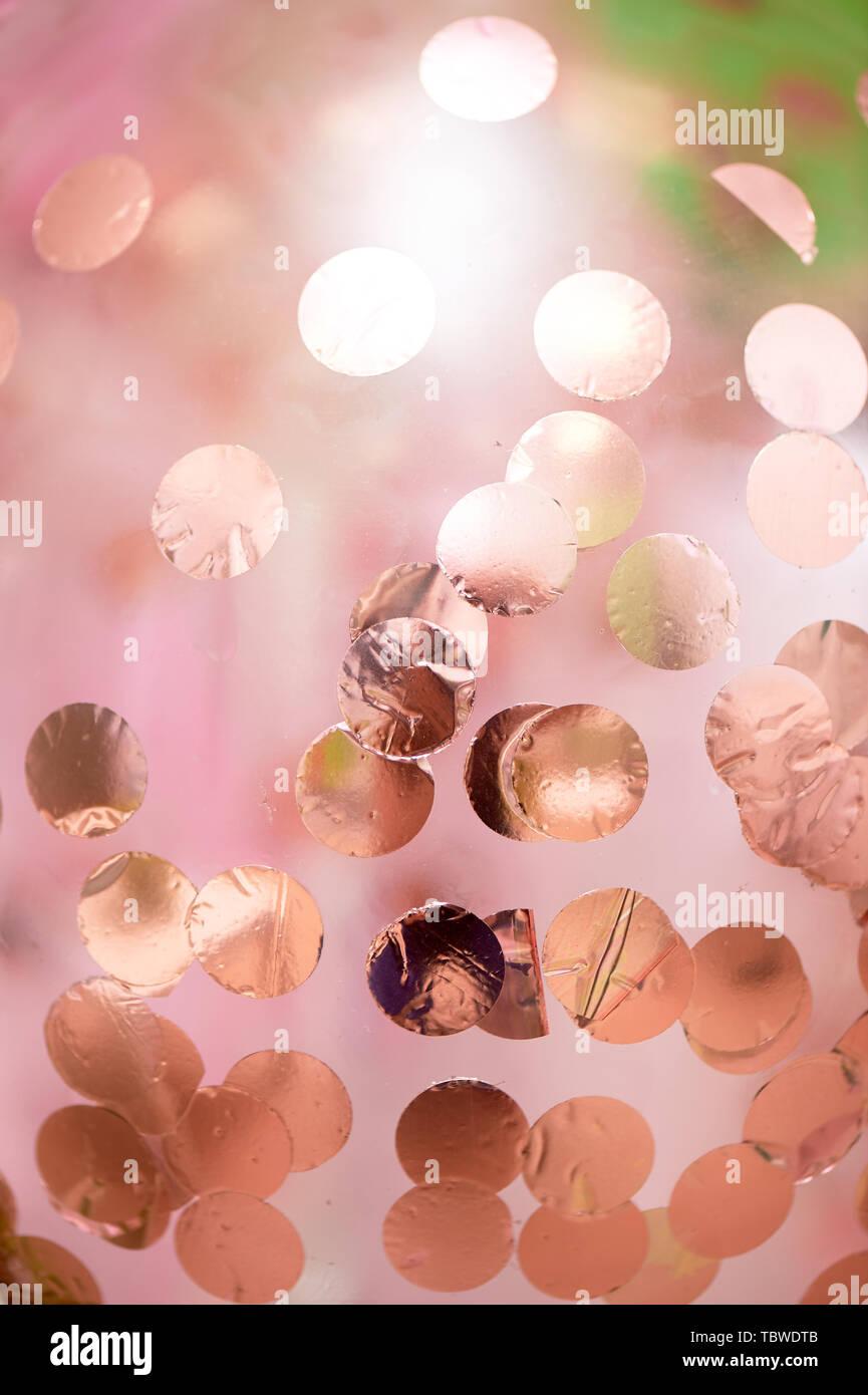 Textur Rosa Ballon mit Gold Pailletten im Inneren. Eng. Festliche Dekoration. Stockbild