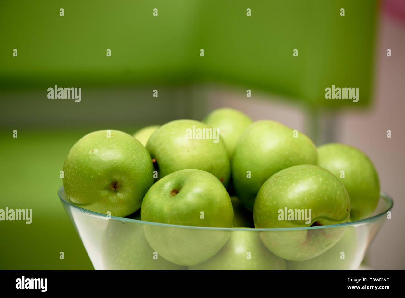 Glas Vase mit grünen Äpfeln. Frische saftige Früchte, vegetarisches Essen. Stockbild