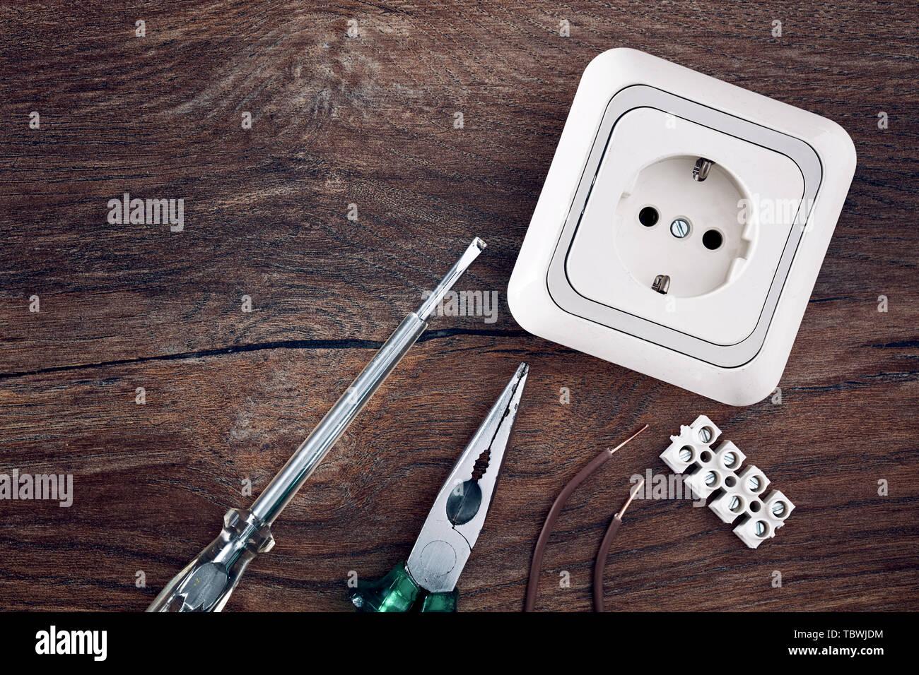 Satz von elektrischen Arbeiten Werkzeuge auf hölzernen Tisch Hintergrund mit kopieren. Von oben nach unten aus der Nähe ansehen. Stockbild