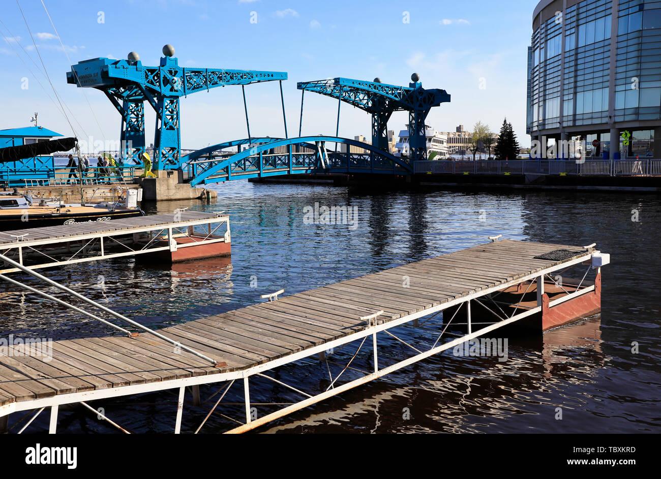 Fußgänger auf Minnesota Slip Brücke aka blaue Brücke.. USA Minnesota Duluth. Stockbild