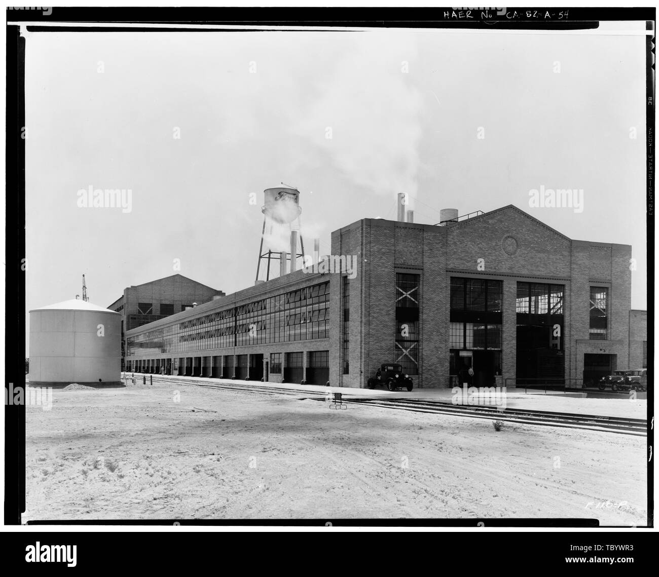 Neg. Nr. F110 P, Apr 24, 1931 EXTERIORPRESSED STAHLBAU, Nord- und Ostseite, LAGER IM HINTERGRUND, EISENBAHN SPUR VORNE, BONDERITE TANK LINKS Ford Motor Company Long Beach Montagewerk, Assembly Building, 700 Henry Ford Avenue, Long Beach, Los Angeles County, CA Stockbild