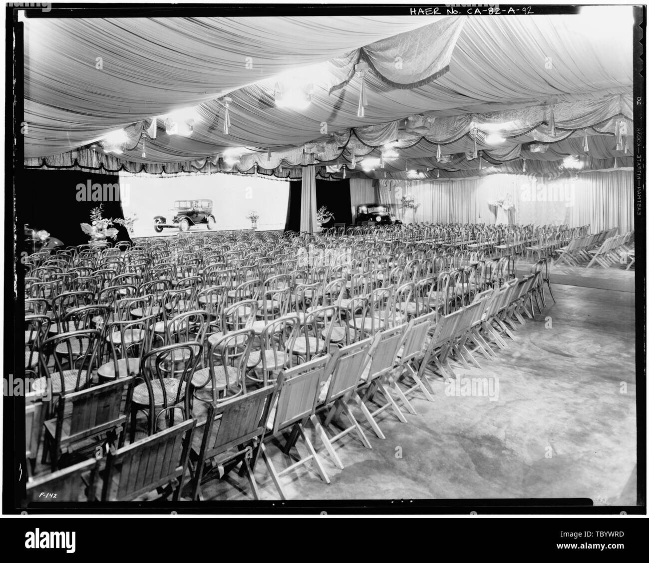 Neg. Nr. F 142, Mar 29, 1932, INTERIORASSEMBLY GEBÄUDE, Bühne und AUSSTELLUNGSRAUM Ford Motor Company Long Beach Montagewerk, Assembly Building, 700 Henry Ford Avenue, Long Beach, Los Angeles County, CA Stockbild