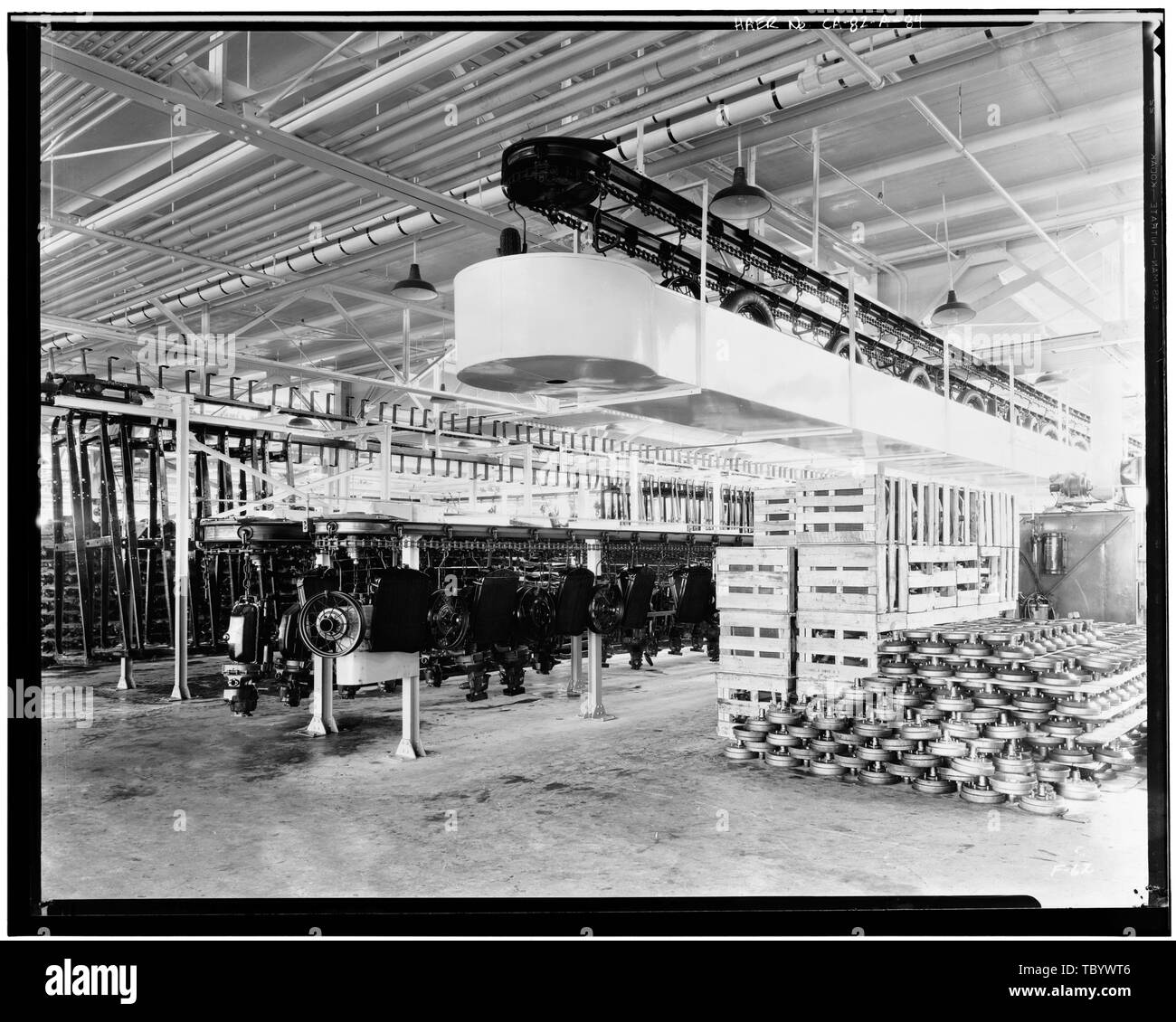 Neg. Nr. F 62, Apr 13, 1930, INTERIORASSEMBLY GEBÄUDE, RAHMEN UND MOTOR LAGERUNG TRANSPORTBAND Ford Motor Company Long Beach Montagewerk, Assembly Building, 700 Henry Ford Avenue, Long Beach, Los Angeles County, CA Stockbild