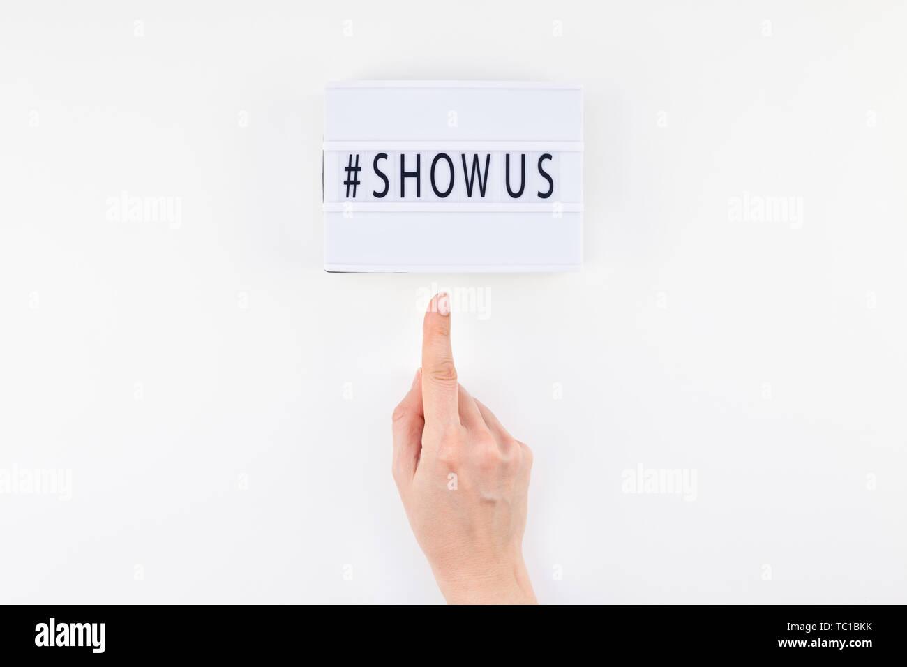 Kreative, oben flach der Lightbox mit hashtag zeigen uns Nachricht weißen Hintergrund minimal Style. Konzept der Projekt weltweit größte Foto- und Colle Stockbild