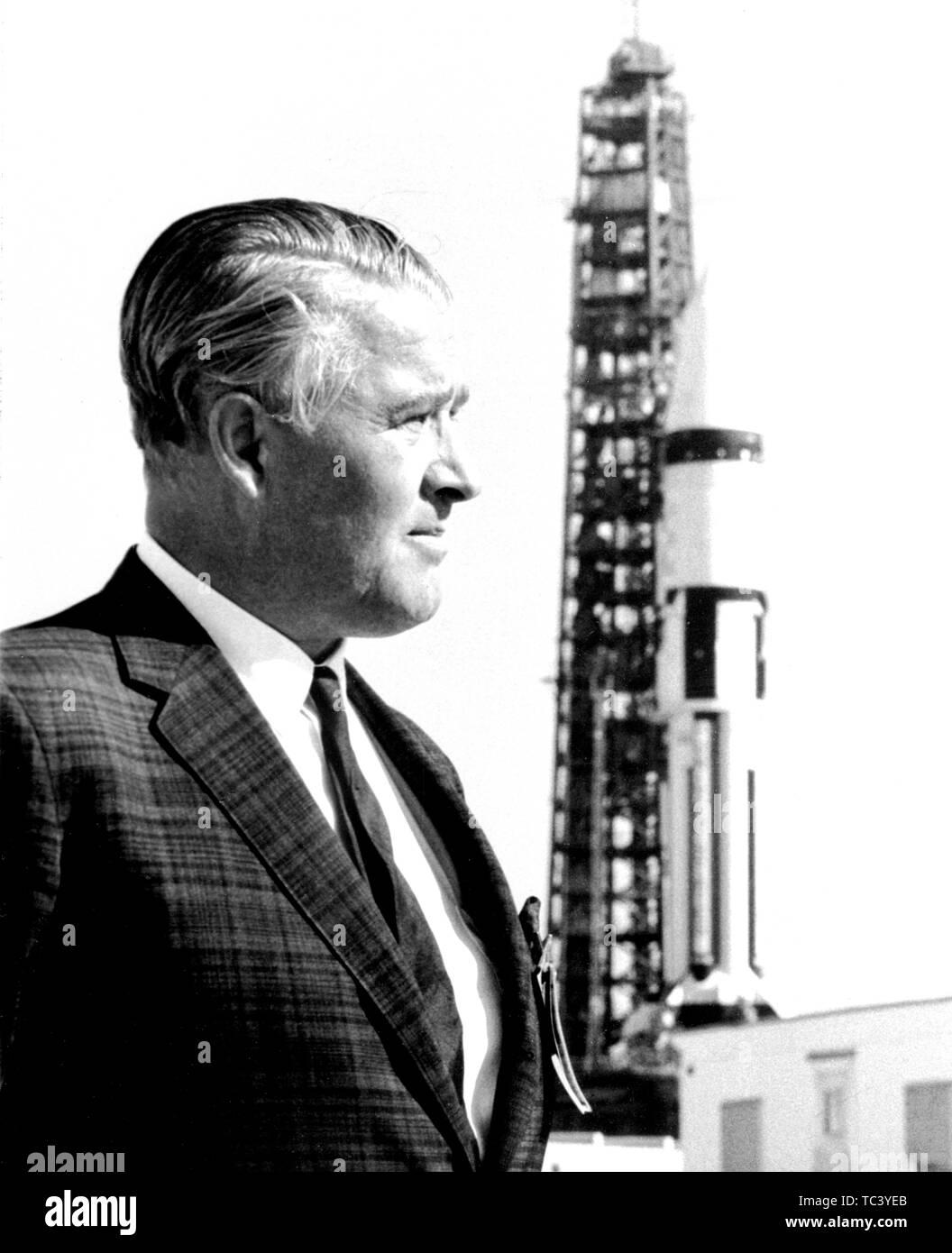 Dr. Wernher von Braun steht vor einem Saturn IB-Trägerrakete bei John F Kennedy Space Center, Merritt Island, Florida, 1968. Mit freundlicher Genehmigung der Nationalen Luft- und Raumfahrtbehörde (NASA). () Stockfoto