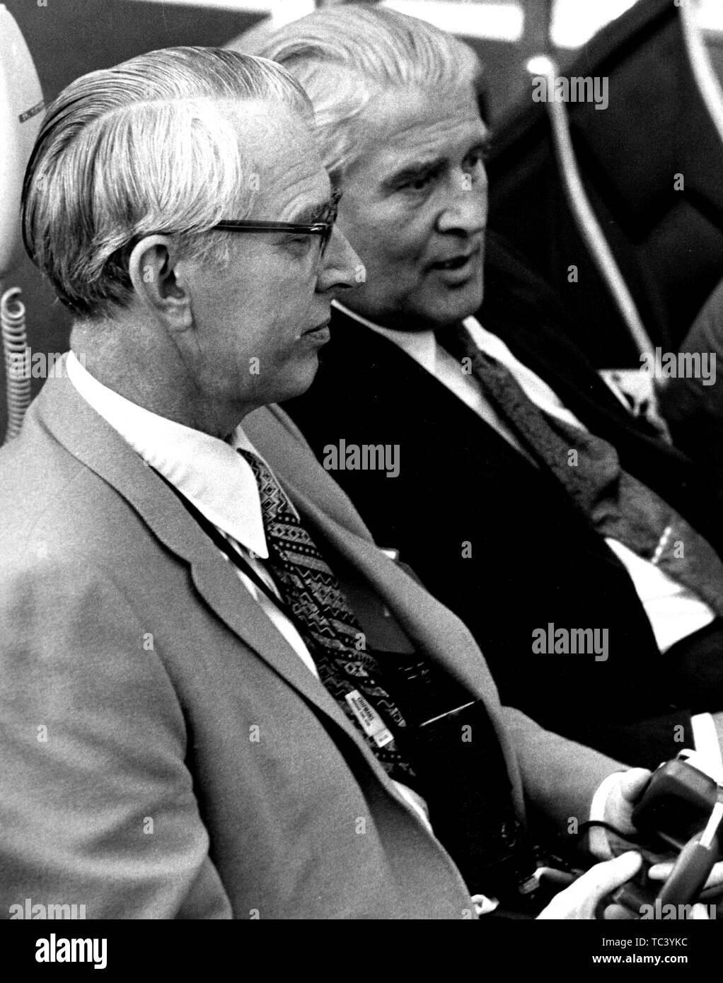 Dr. James C Fletcher und Dr. Wernher von Braun monitor Apollo 15 prelaunch Aktivitäten in Zimmer 1 des Launch Control Center und dem Kennedy Space Center, Florida, 1971. Mit freundlicher Genehmigung der Nationalen Luft- und Raumfahrtbehörde (NASA). () Stockfoto