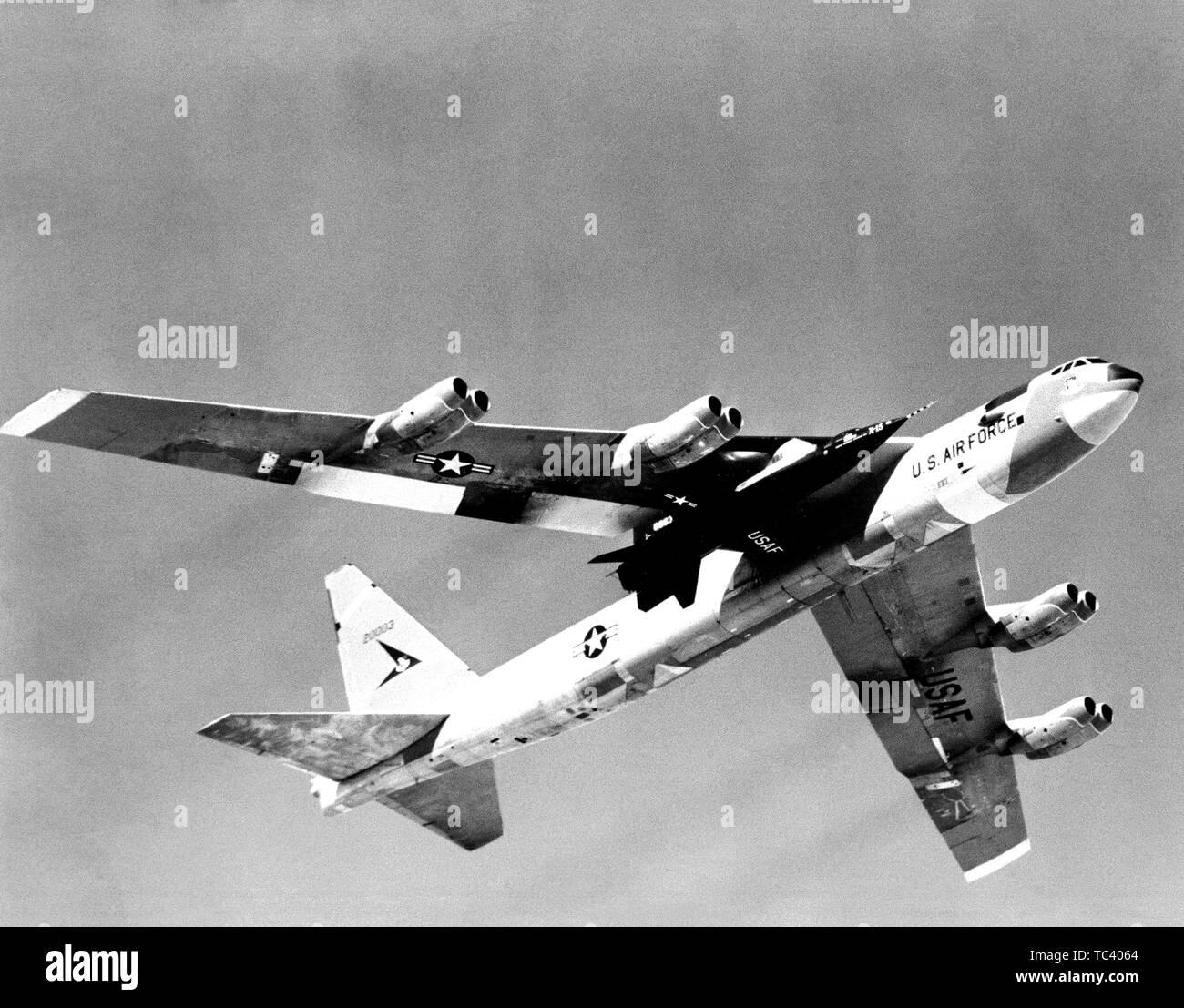 X-15 Rakete-betriebene Forschungsflugzeug ist aloft unter die Fittiche der B-52-Mutterschiff, 1959 durchgeführt. Mit freundlicher Genehmigung der Nationalen Luft- und Raumfahrtbehörde (NASA). () Stockfoto