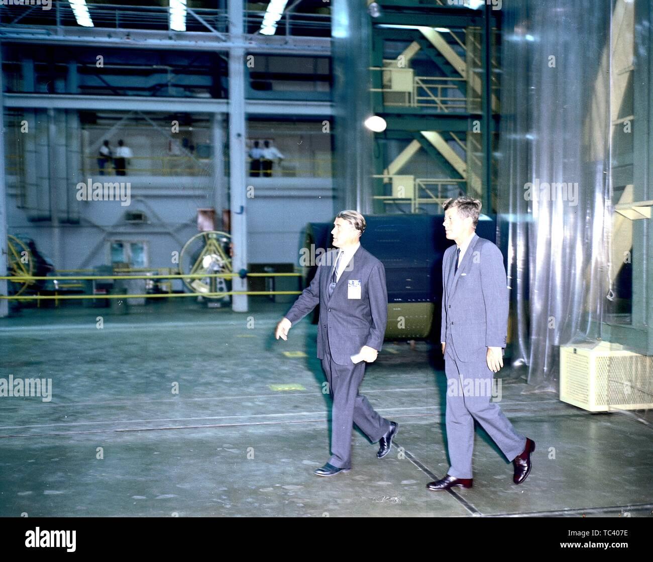 Präsident John F. Kennedy und Dr. Wernher von Braun tour Eine der Laboratorien des Marshall Space Flight Center, Huntsville, Alabama, 11. September 1962. Mit freundlicher Genehmigung der Nationalen Luft- und Raumfahrtbehörde (NASA). () Stockfoto