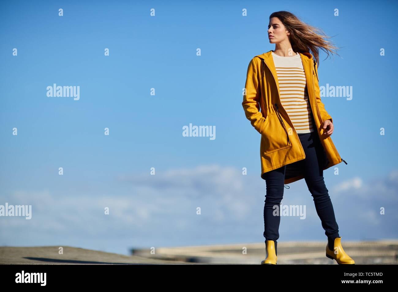 Junge Frau, Port, Mutriku, Gipuzkoa, Baskenland, Spanien Stockfoto