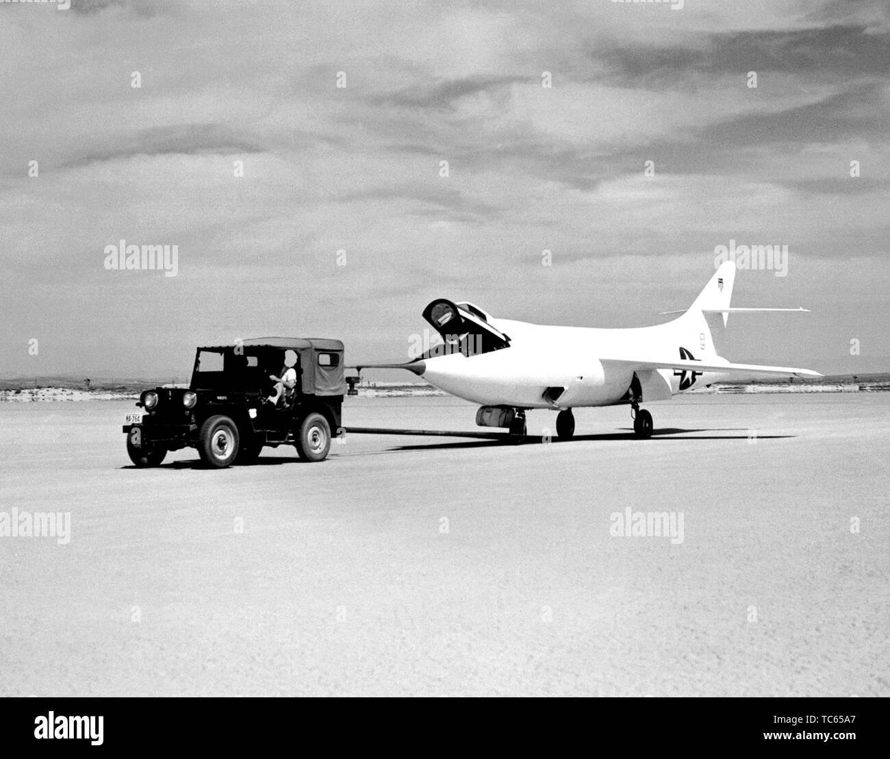 Ein D--558-2 Flugzeug ist über Rogers Dry Lakebed auf der Edwards Air Force Base, Kern County, Kalifornien, 1949 geschleppt. Mit freundlicher Genehmigung der Nationalen Luft- und Raumfahrtbehörde (NASA). () Stockfoto