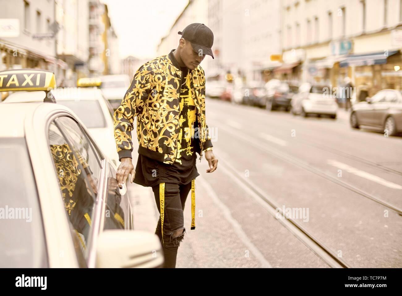 7618704f52 Junge stilvollen Mann mit den Händen auf türklinke Taxi, Öffnen der  Autotür, in der