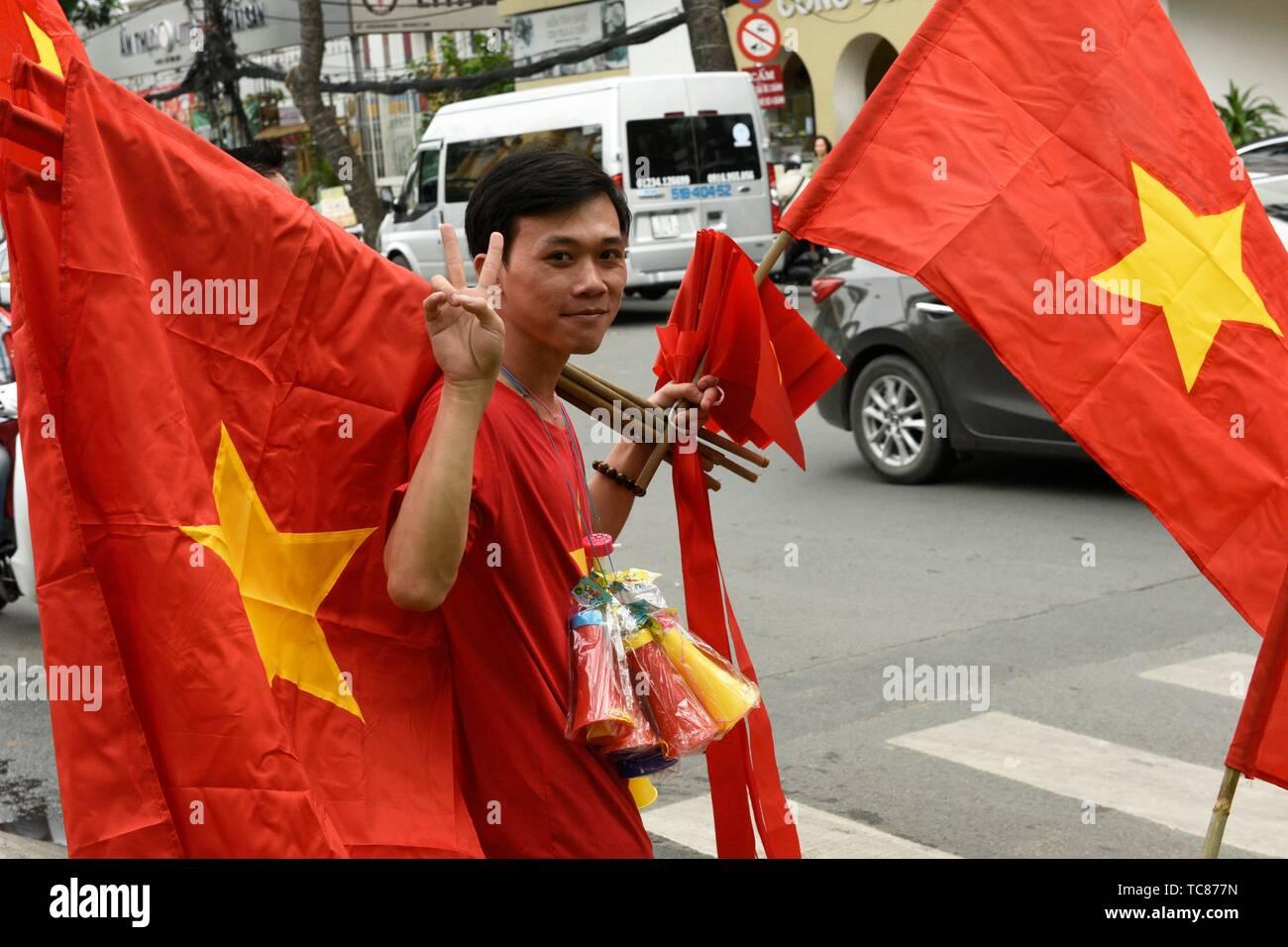 Mann seling Vietnamesischen Flaggen in Ho Chi Minh City, Vietnam, Südostasien. Stockfoto