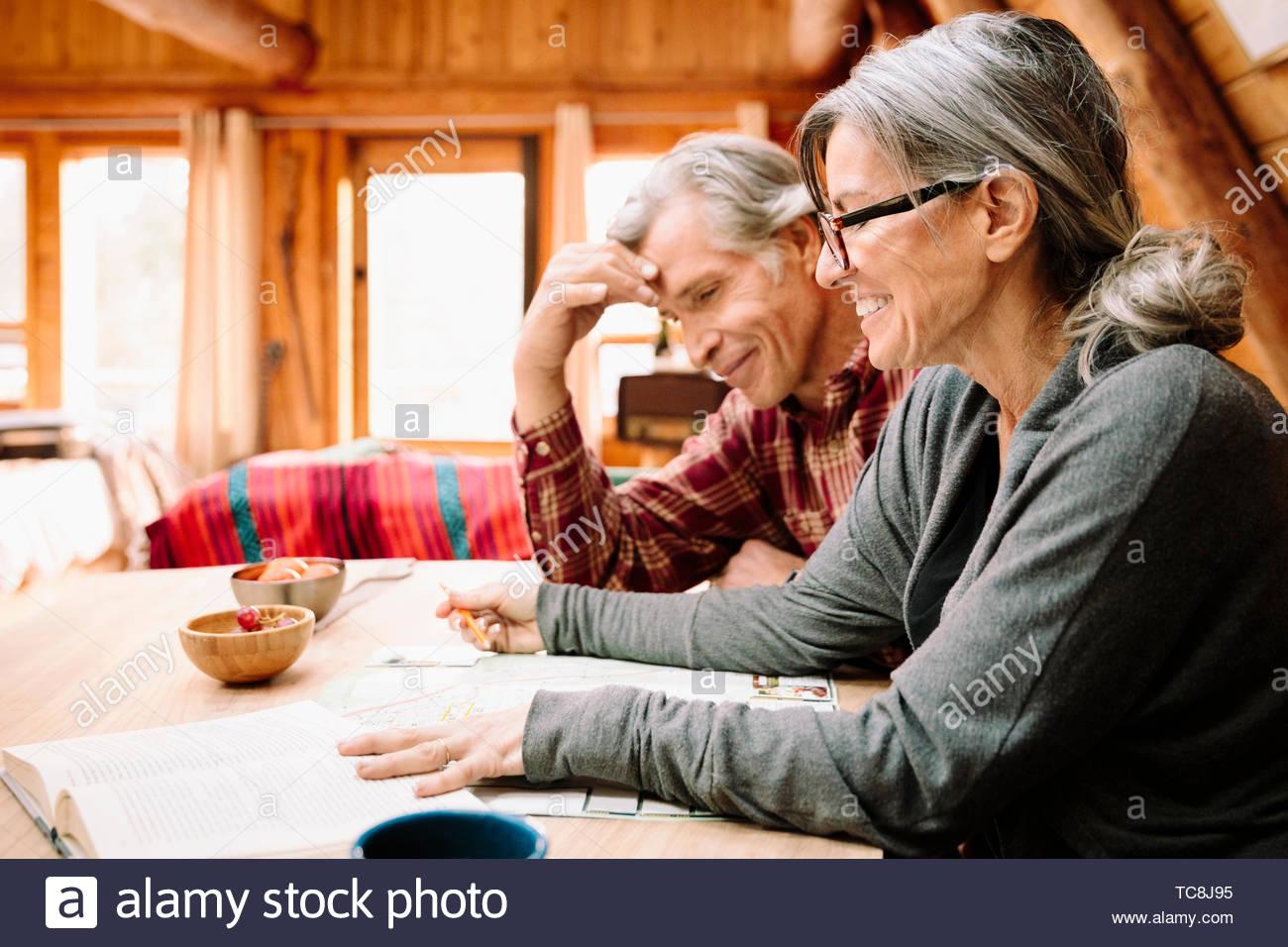 Älteres Ehepaar mit Karte bei Kabine Tabelle Stockbild