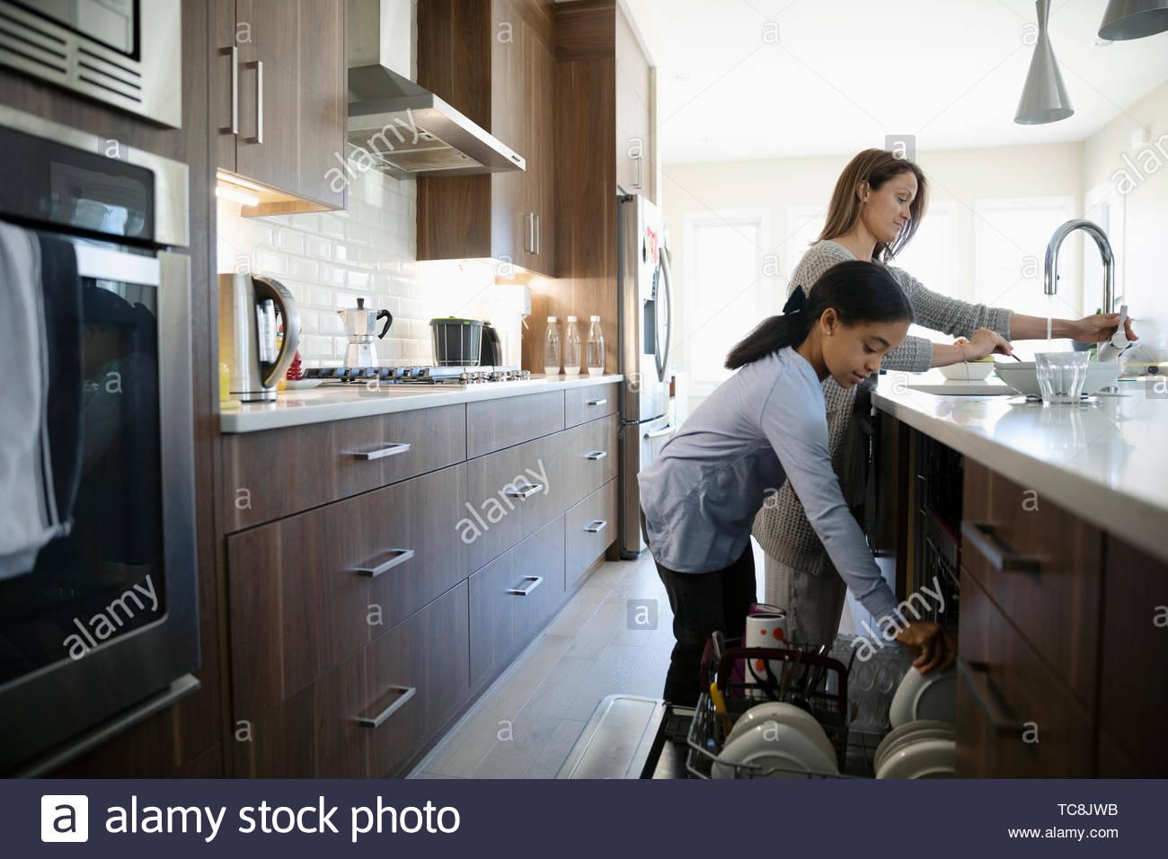 Mutter und Tochter Gerichte in der Küche Stockbild