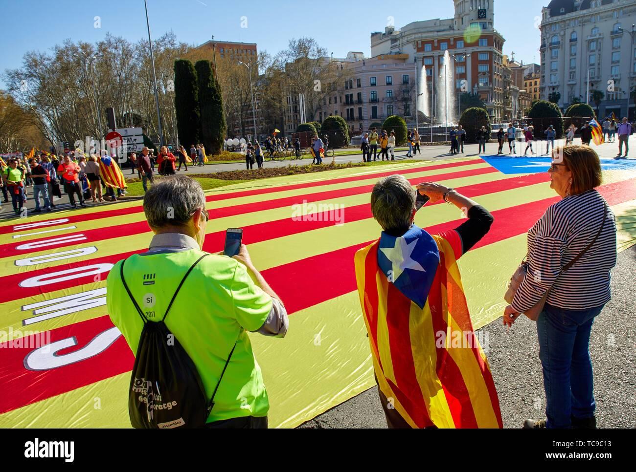 Demonstration der Katalanen anspruchsvolle Unabhängigkeit, Fahnen von Katalonien, Neptunbrunnen, Madrid, Spanien, Europa Stockbild