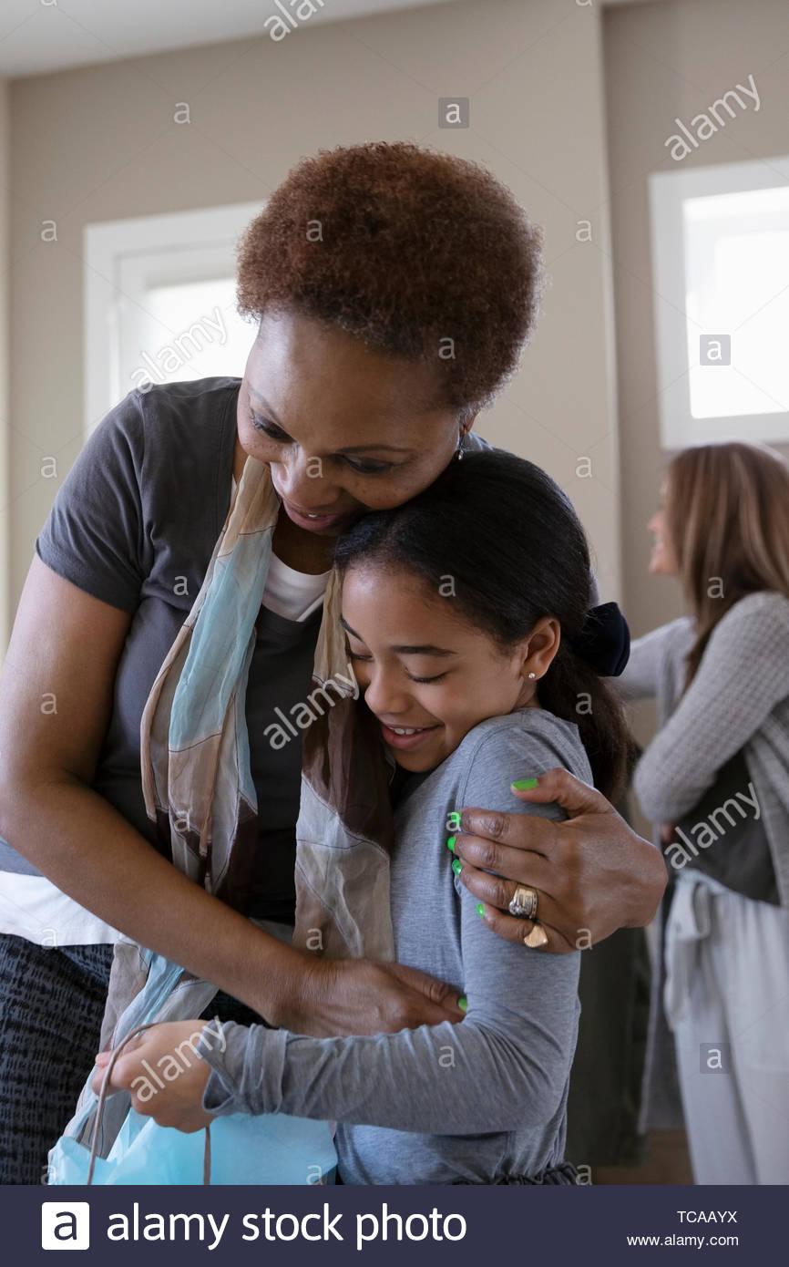 Liebevolle Großmutter, umarmen, Enkelin Stockbild