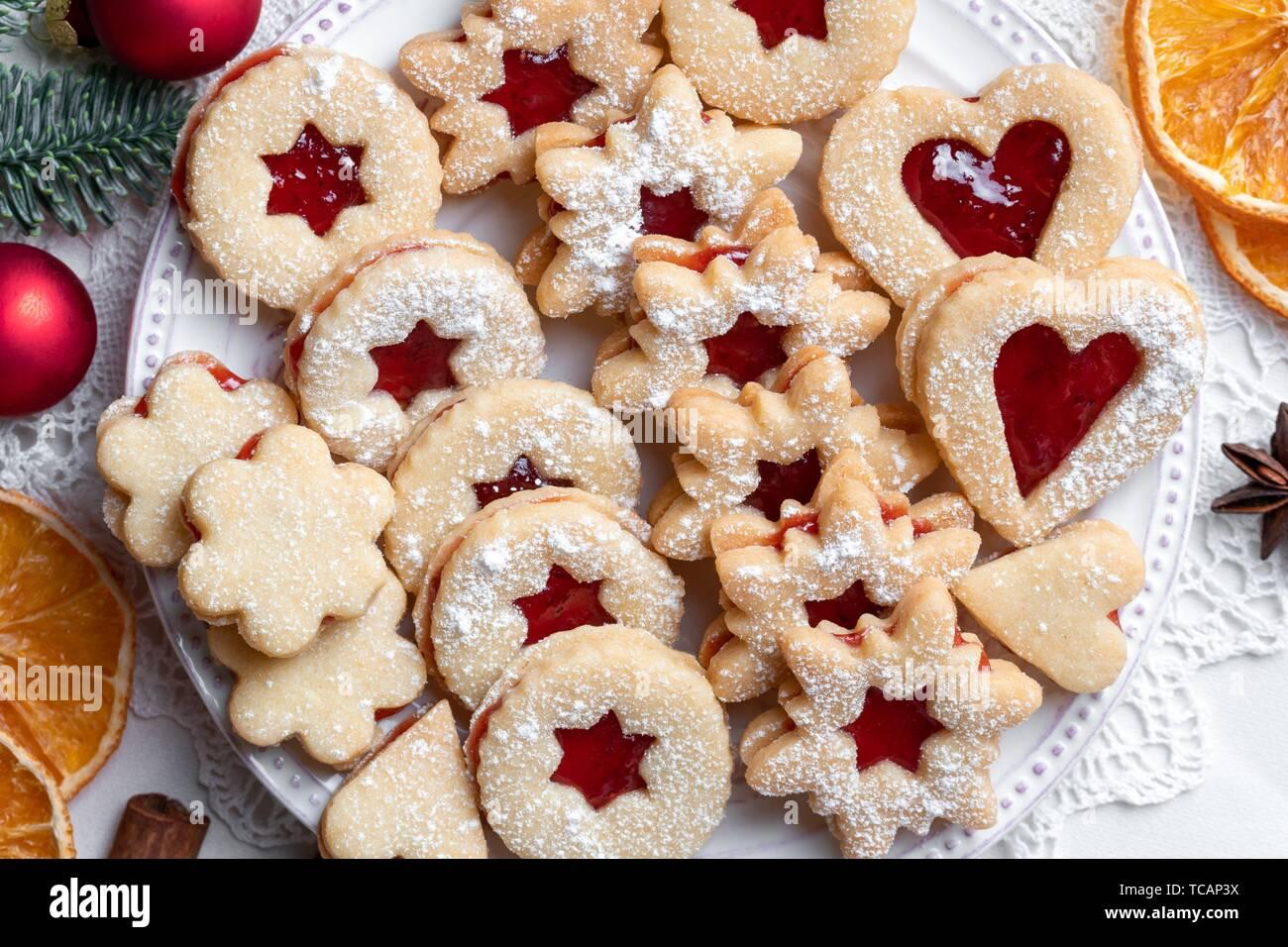 Linzer Weihnachtsplätzchen.Linzer Weihnachtsplätzchen Angeordnet Auf Einem Teller Stockfoto