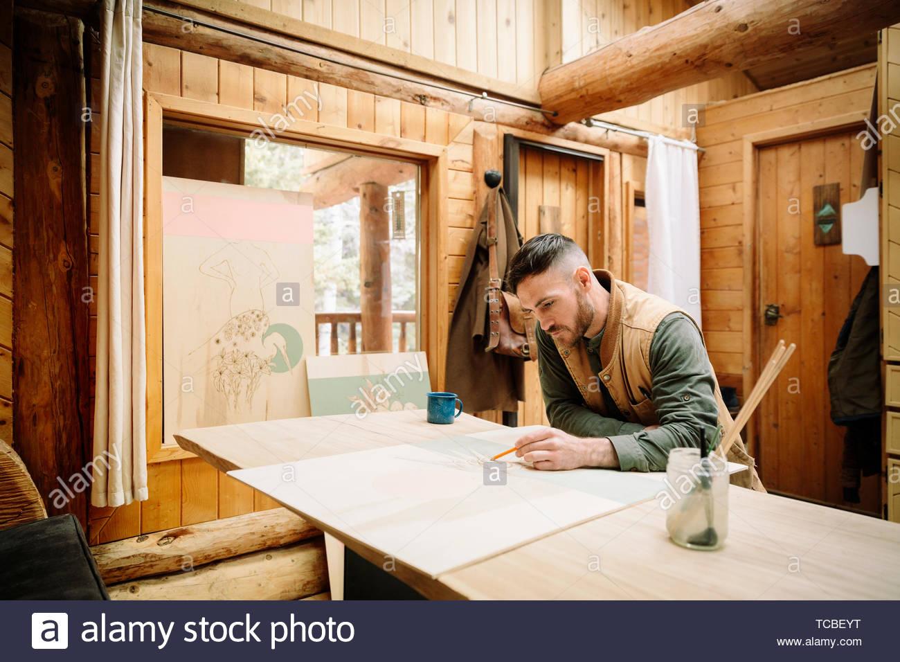 Männliche Künstler Zeichnung an Kabine Tabelle Stockbild