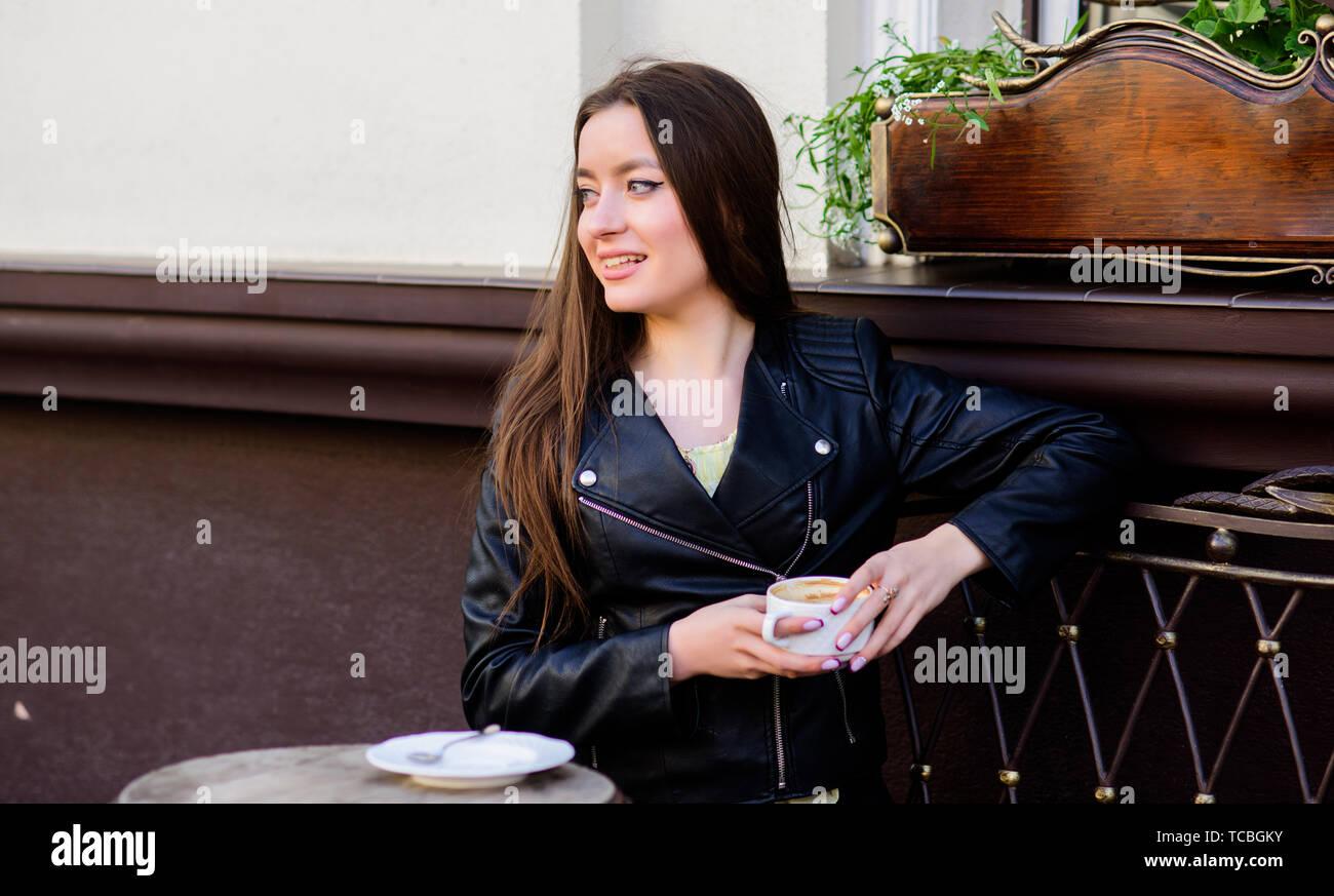Mädchen im Cafe Cappuccino Tasse entspannen. Frühstück im Café. Mädchen genießen Sie Kaffee am Morgen. Frau trinken Kaffee im Freien. Friedliche inspirierenden Moment. Koffein Dosis. Kaffee für energetische erfolgreichen Tag. Stockbild