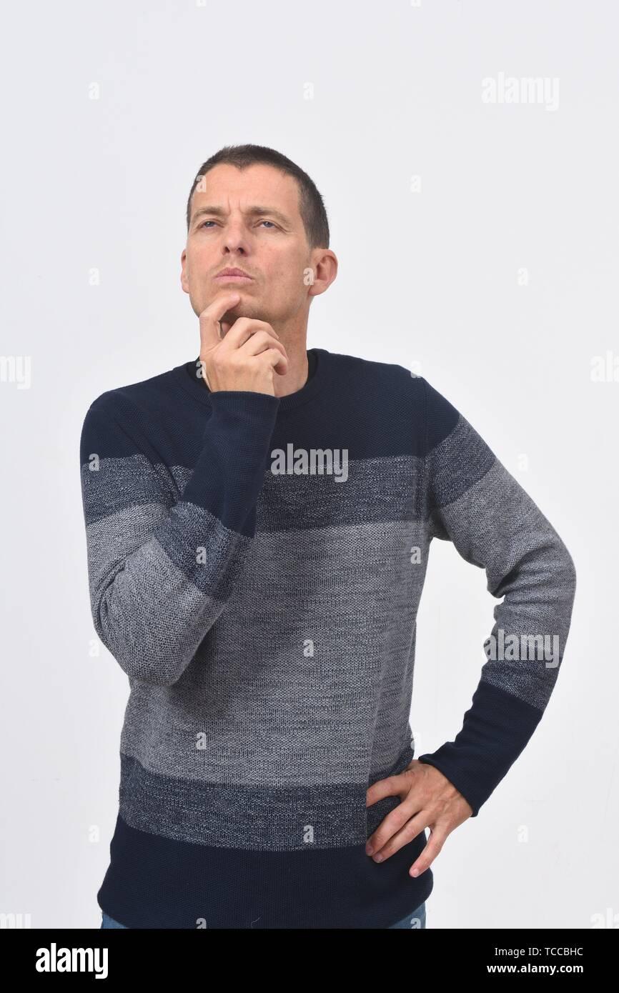 Mann mit einem Zweifel oder Frage auf weißem Hintergrund. Stockbild