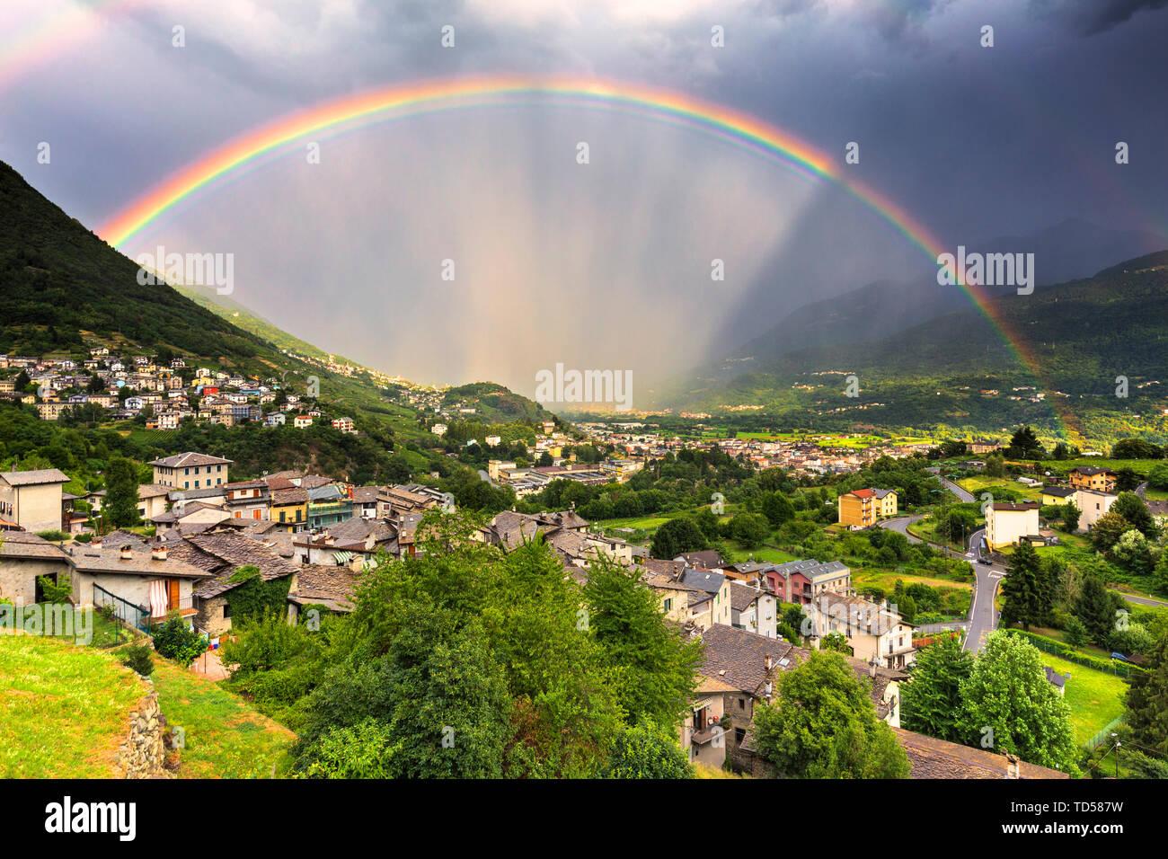 Regenbogen über dem Tal, Valtellina, Lombardei, Italien, Europa Stockfoto