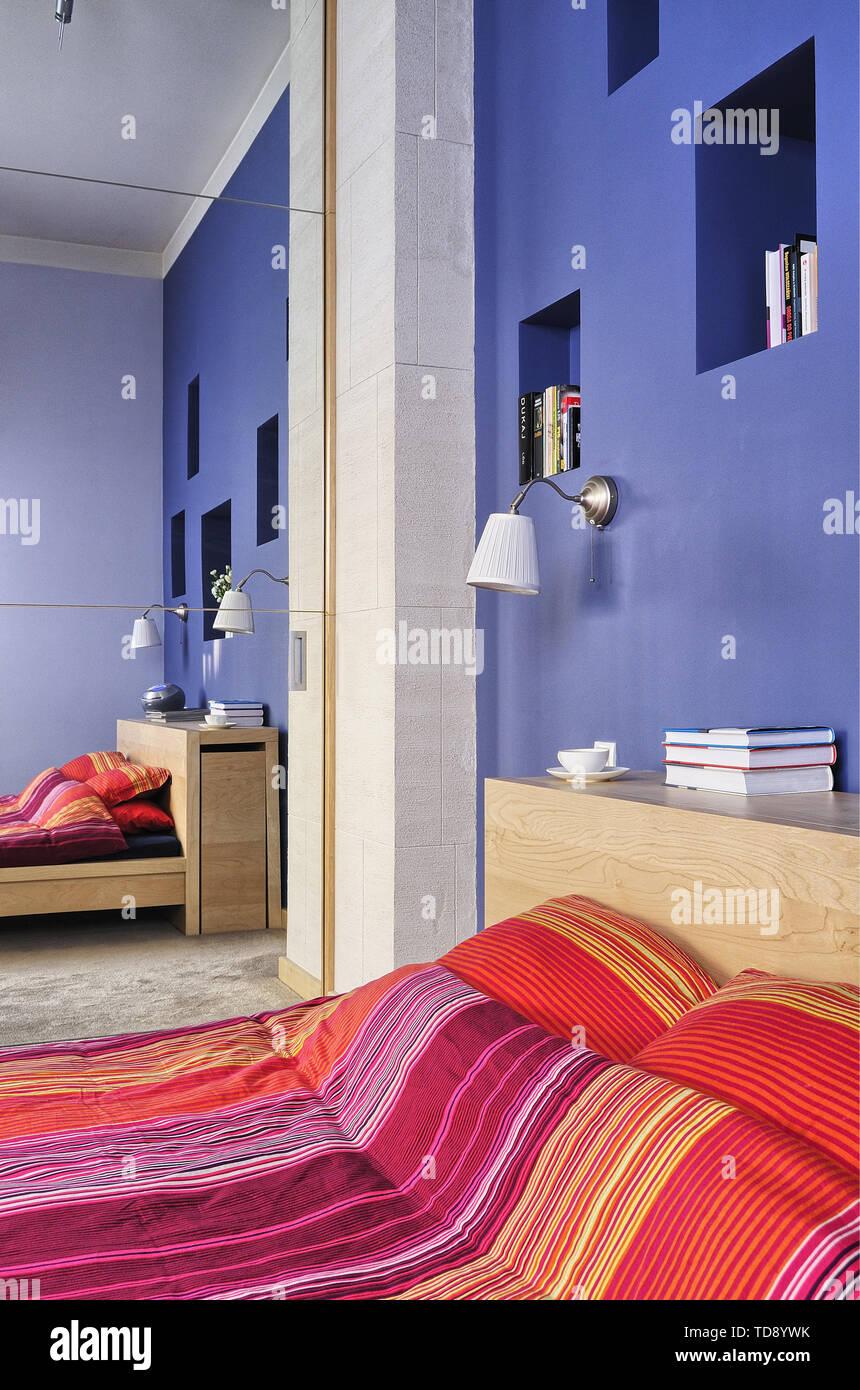 Versenkte Wand Regale über Doppelbett mit Streifenmuster ...