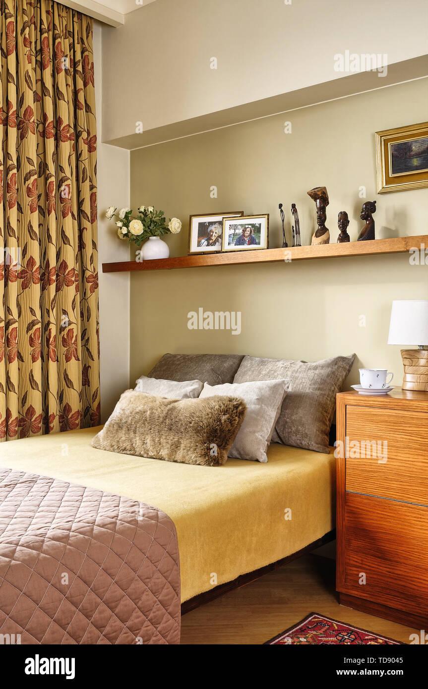 Regale über dem Bett im Schlafzimmer moderne britische und ...