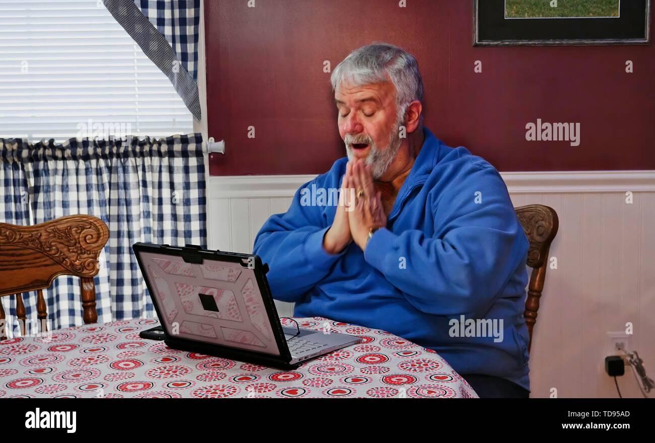 Ältere Bürger verärgert und wütend auf einen Computer und Technologie Stockbild