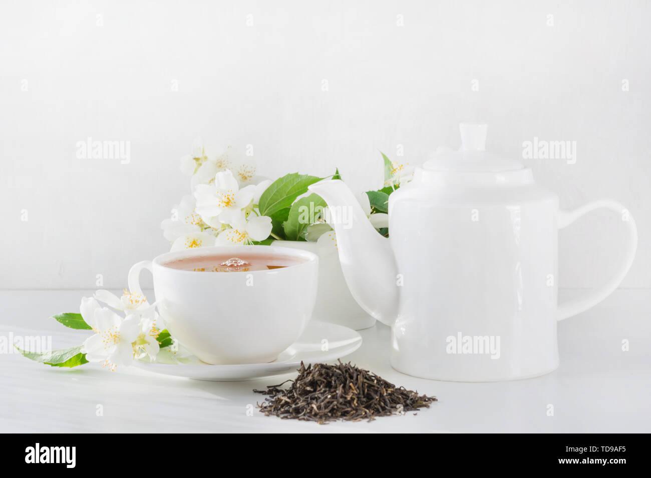 Tasse grünen Tee White Jasmin Jasmin, Teekanne auf weißem Hintergrund. Teatime. Stockbild