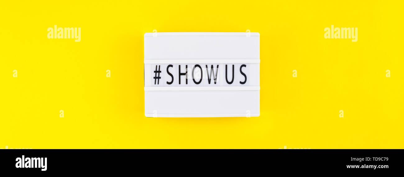 Kreative, oben flach der Lightbox mit hashtag zeigen uns Nachricht bold gelben Hintergrund minimal Style. Konzept der Projekt weltweit größte Foto- Stockbild
