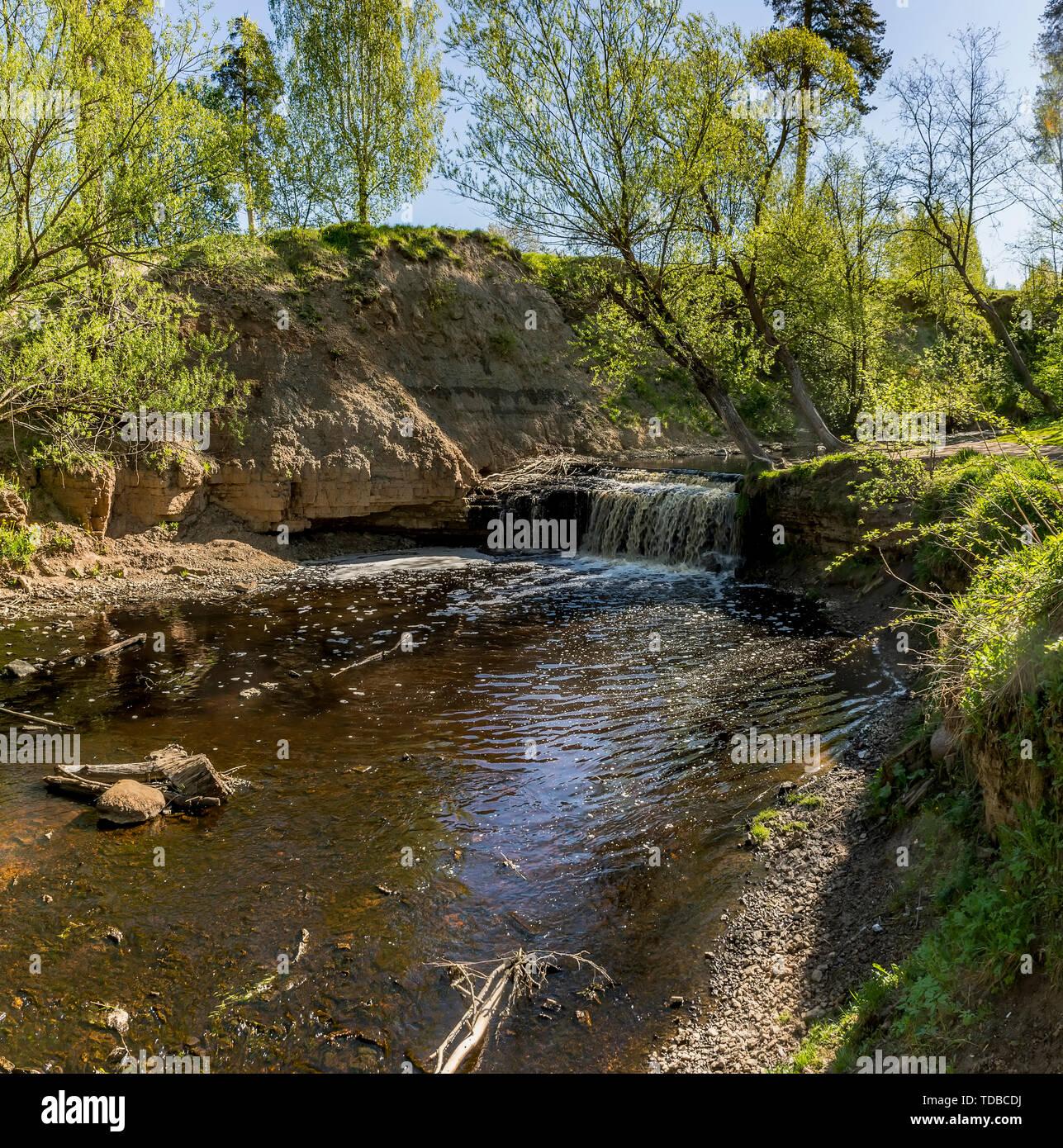 Wasserfall auf dem Fluss Sablinka im Dorf von Uljanowsk, Leningrad Region. Stockbild