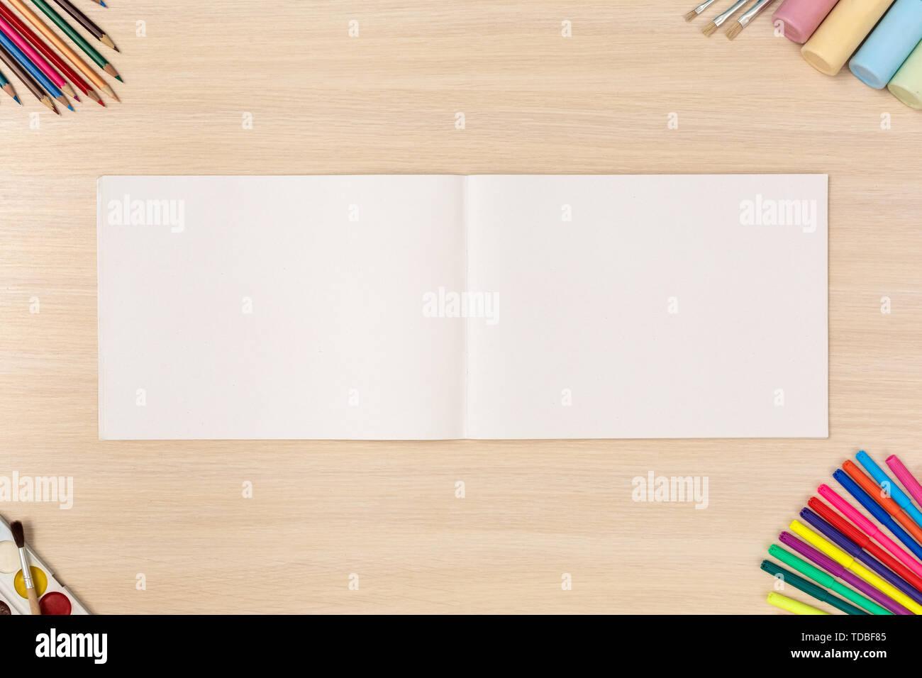 Kreative Hobby. Desk Top Anzeigen keine Personen geöffnet Skizzenbuch für Zeichnung Stockbild