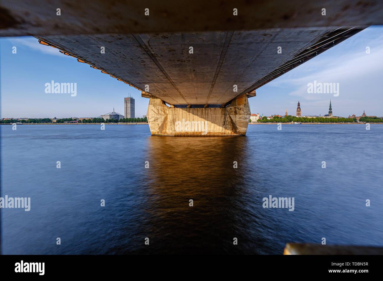 Details der Kabelbrücke in Riga Lettland im Sommer durch den Fluss Daugava, abendliche Landschaft Stockbild