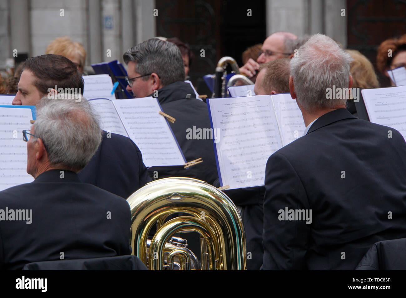 Musiker warten, stand Einsatz bei einem Open Air Konzert, Roermond, Limburg, Niederlande Stockbild