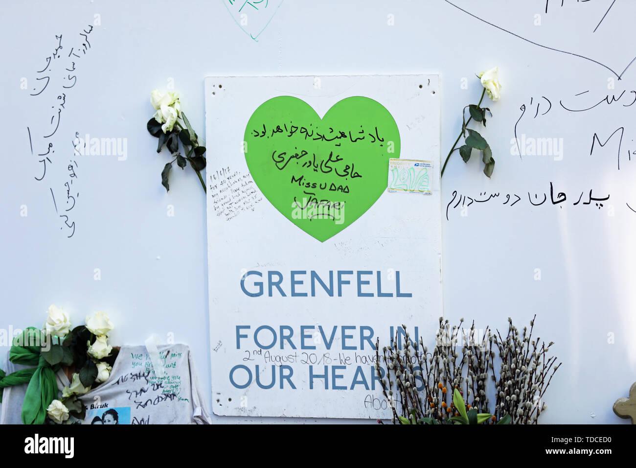 Nachrichten Links auf einer Platine außerhalb Grenfell Tower, London, anlässlich des 2-jährigen Jubiläums des Hochhauses Brand in Erinnerung an die 72 Menschen, die ihr Leben verloren. Stockbild