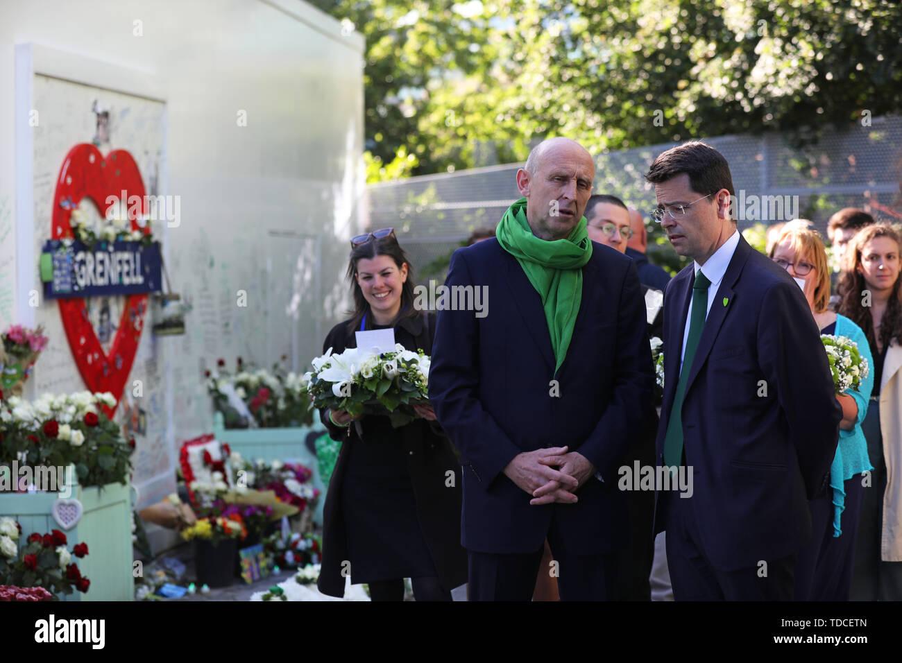 Shadow Gehäuse Sekretärin John Healey (Links), die außerhalb Grenfell Tower, London, vor der Kranzniederlegung Zeremonie anlässlich des 2-jährigen Jubiläums des Hochhauses Brand in Erinnerung an die 72 Menschen, die ihr Leben verloren. Stockbild