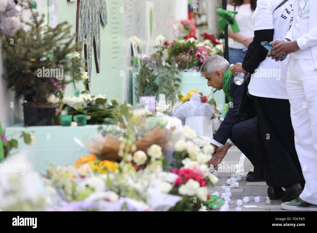 Bürgermeister von London Sadiq Kahn legt einen Kranz außerhalb Grenfell Tower, London, anlässlich des 2-jährigen Jubiläums des Hochhauses Brand in Erinnerung an die 72 Menschen, die ihr Leben verloren. Stockbild