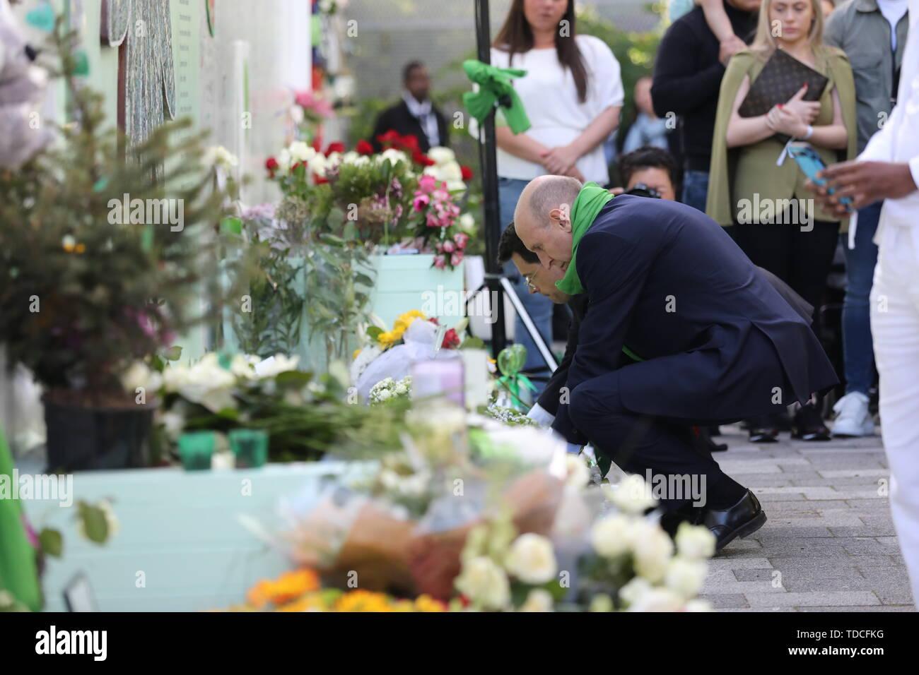 Shadow Gehäuse Sekretärin John Healey während einer Kranzniederlegung Zeremonie ausserhalb Grenfell Tower, London, anlässlich des 2-jährigen Jubiläums des Hochhauses Brand in Erinnerung an die 72 Menschen, die ihr Leben verloren. Stockbild