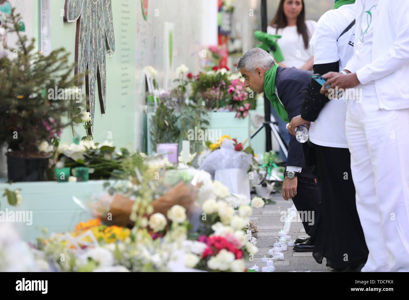 Bürgermeister von London Sadiq Kahn während einer Kranzniederlegung Zeremonie ausserhalb Grenfell Tower, London, anlässlich des 2-jährigen Jubiläums des Hochhauses Brand in Erinnerung an die 72 Menschen, die ihr Leben verloren. Stockbild