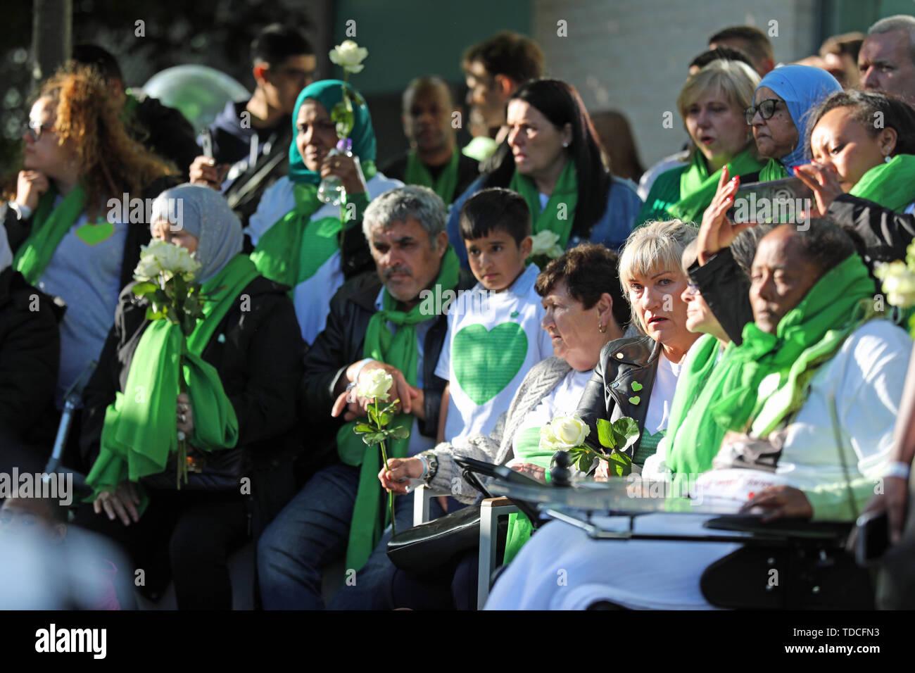 Familie und Freunde der 72 Menschen, die ihr Leben in der Grenfell Tower Block während einer Kranzniederlegung Zeremonie ausserhalb Grenfell Tower, London, anlässlich des 2-jährigen Bestehens verloren. Stockbild