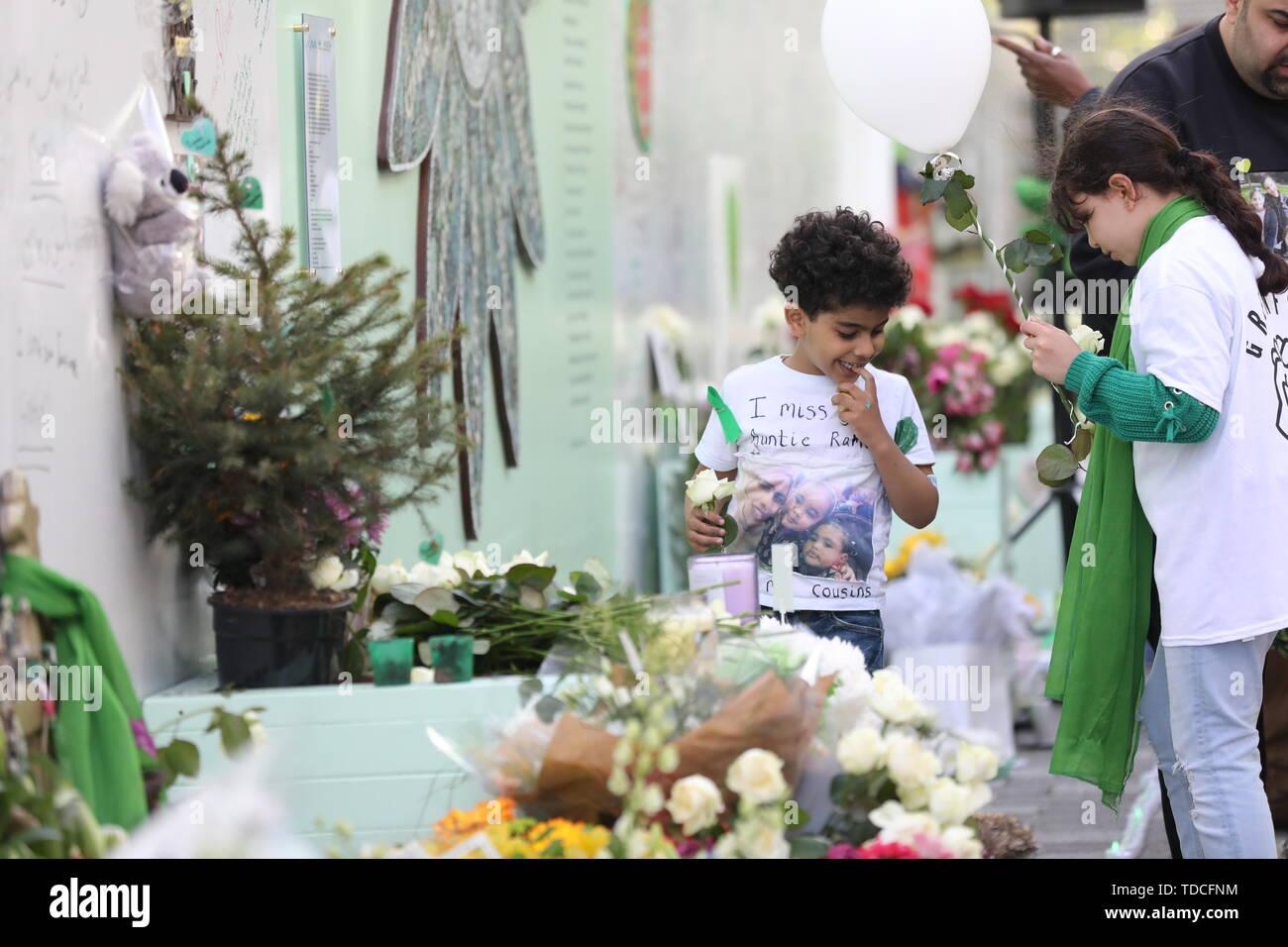 Familie und Freunde der 72 Menschen, die ihr Leben in der Grenfell Hochhaus verloren Blumen während einer Kranzniederlegung Zeremonie ausserhalb Grenfell Tower, London, anlässlich des 2-jährigen Jubiläum. Stockbild