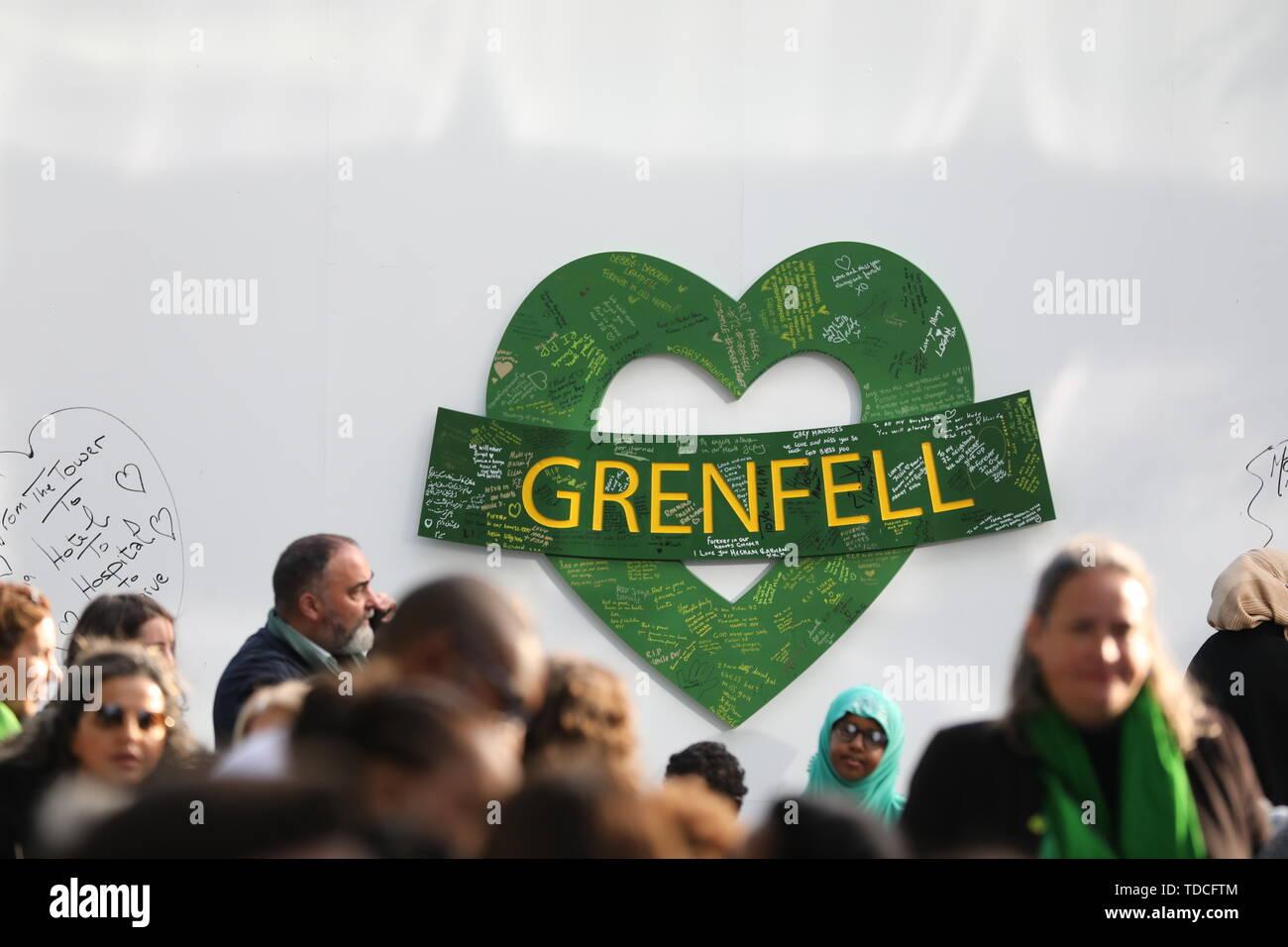 Nachrichten links an der Wand für den 72 Menschen, die ihr Leben in der Grenfell Tower Block außerhalb Grenfell Tower, London verloren, anlässlich des 2-jährigen Jubiläum. Stockbild