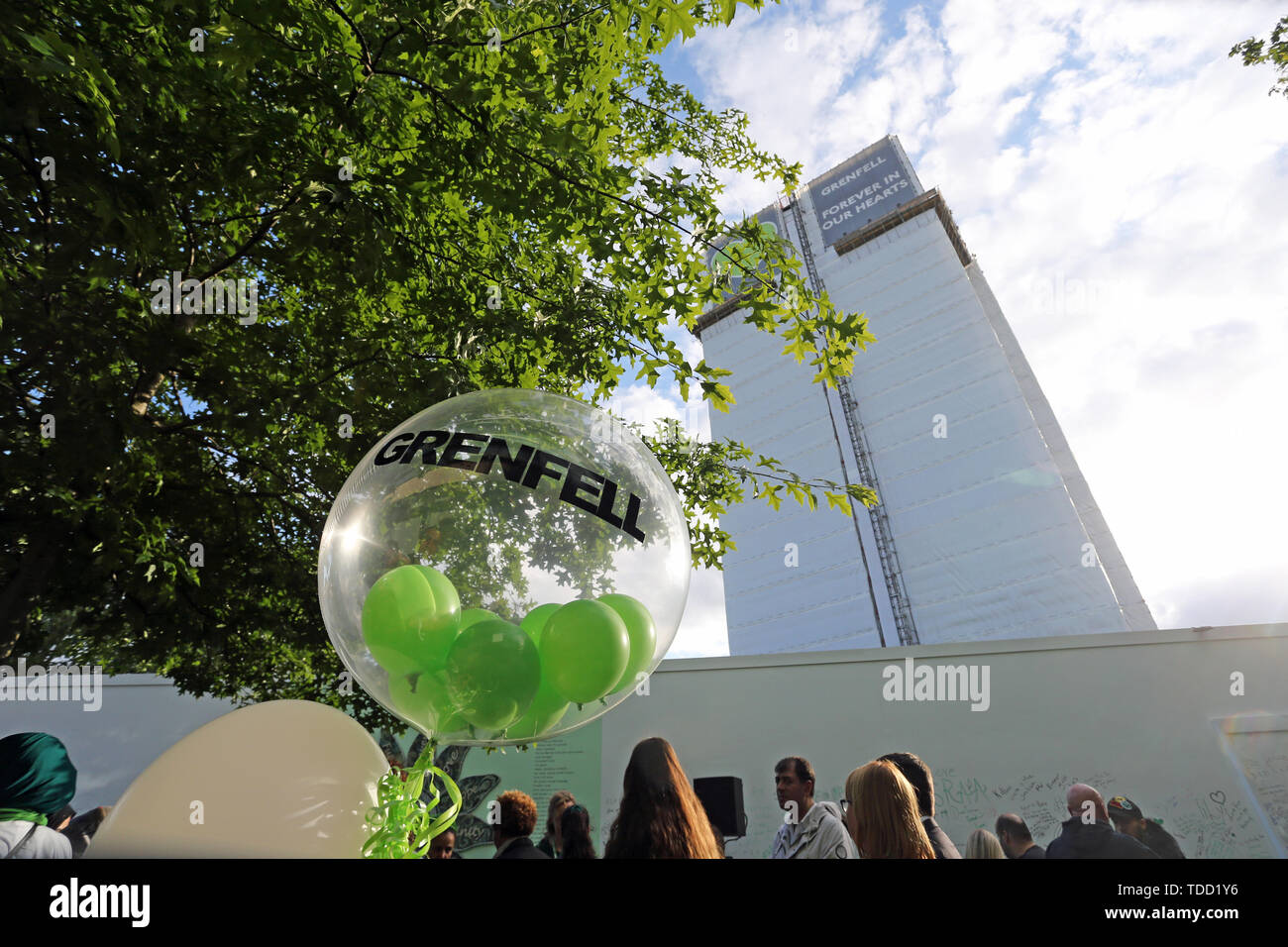 Familie und Freunde der 72 Menschen, die ihr Leben in der Grenfell Hochhaus Brand verloren außerhalb Grenfell Tower, London sammeln, für eine Kranzniederlegung Zeremonie zu den 2-Jahr Jubiläum. Stockbild