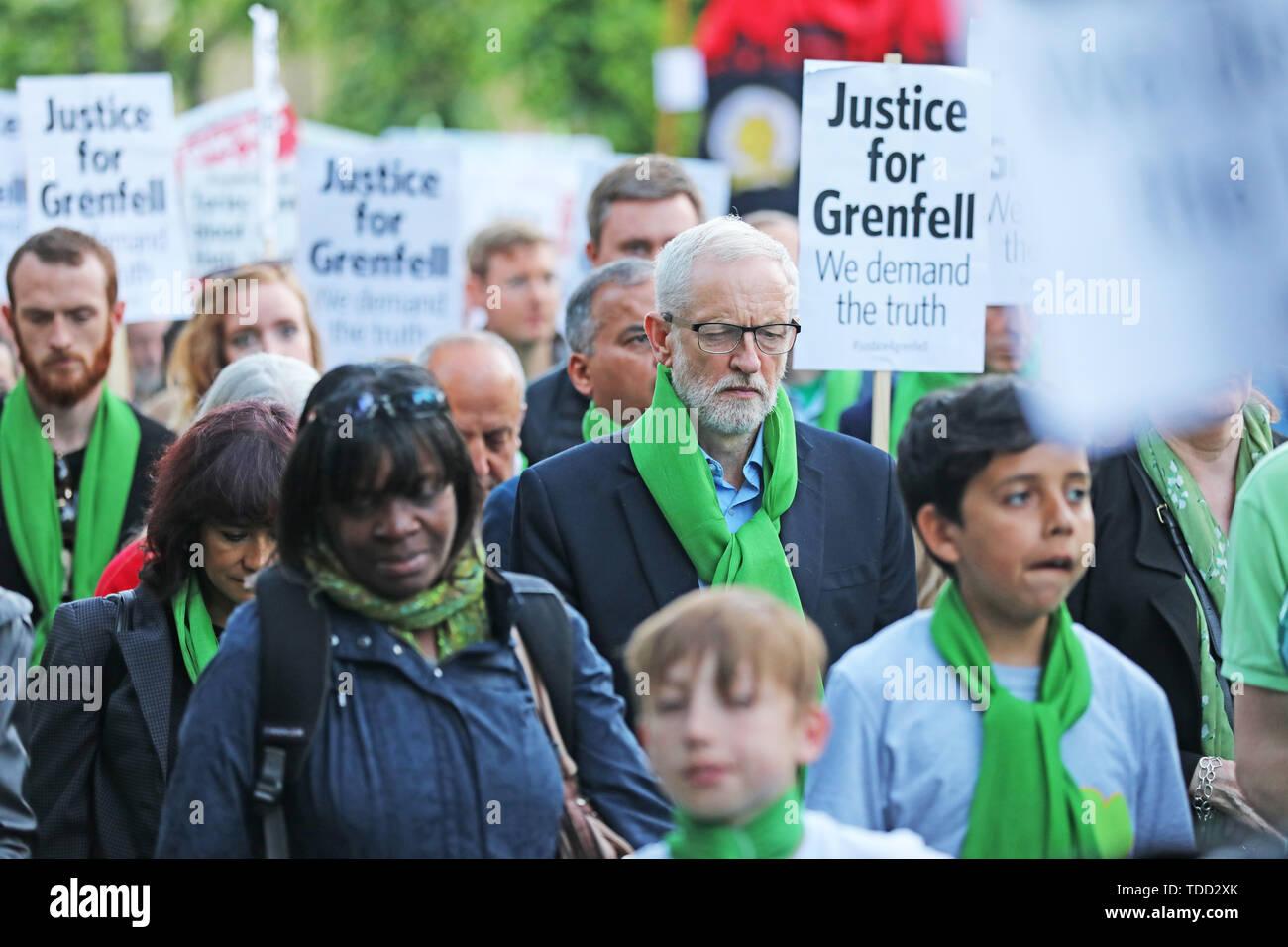Der Führer der Jeremy Corbyn Spaziergänge mit Familie und Freunden der 72 Menschen, die ihr Leben in der Grenfell Hochhaus Brand verloren, außerhalb Grenfell Tower, London, während ein stiller Spaziergang zum zweijährigen Jubiläum. Stockbild